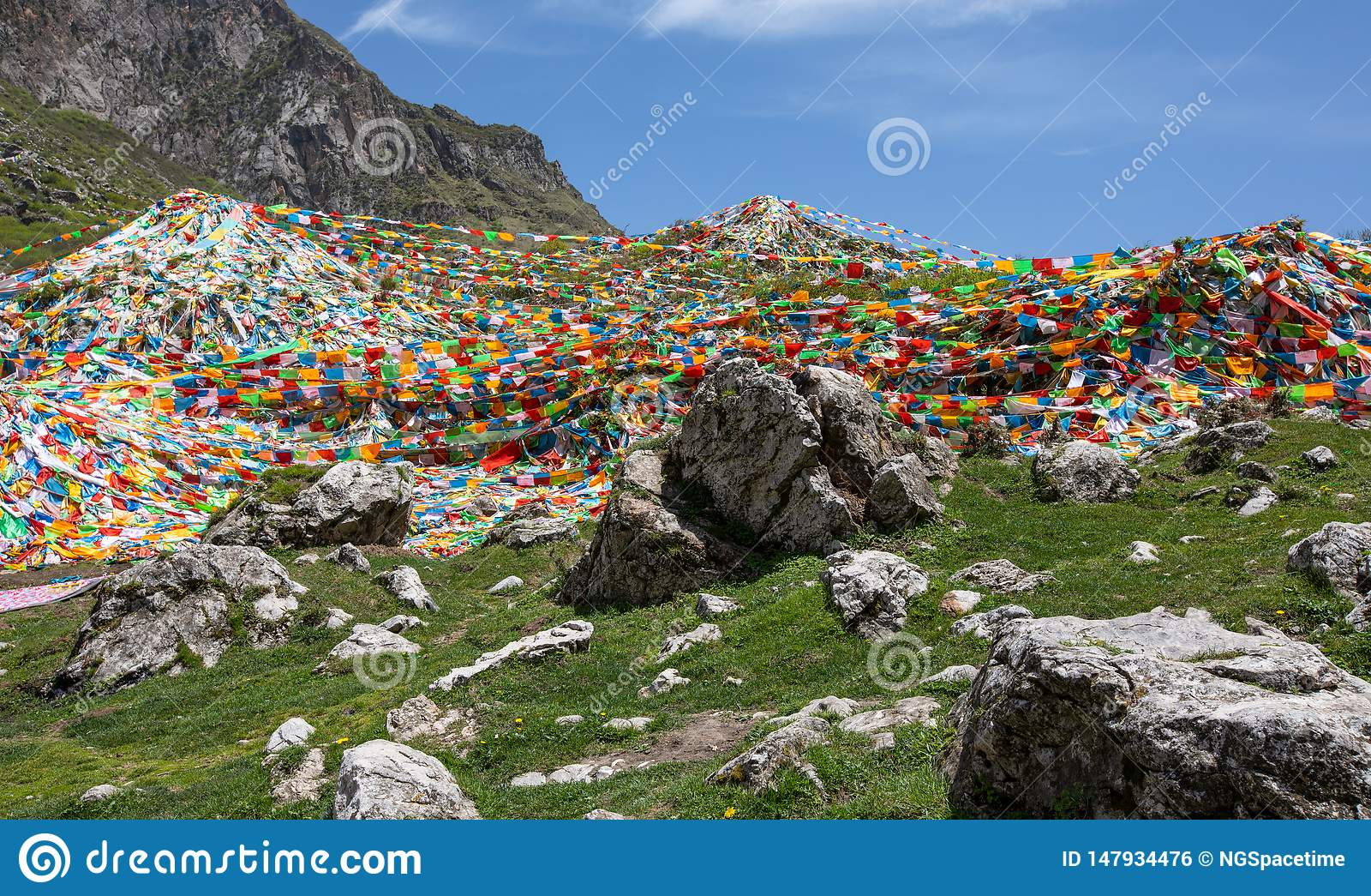 Bandiere tibetane di preghiera sul mountian