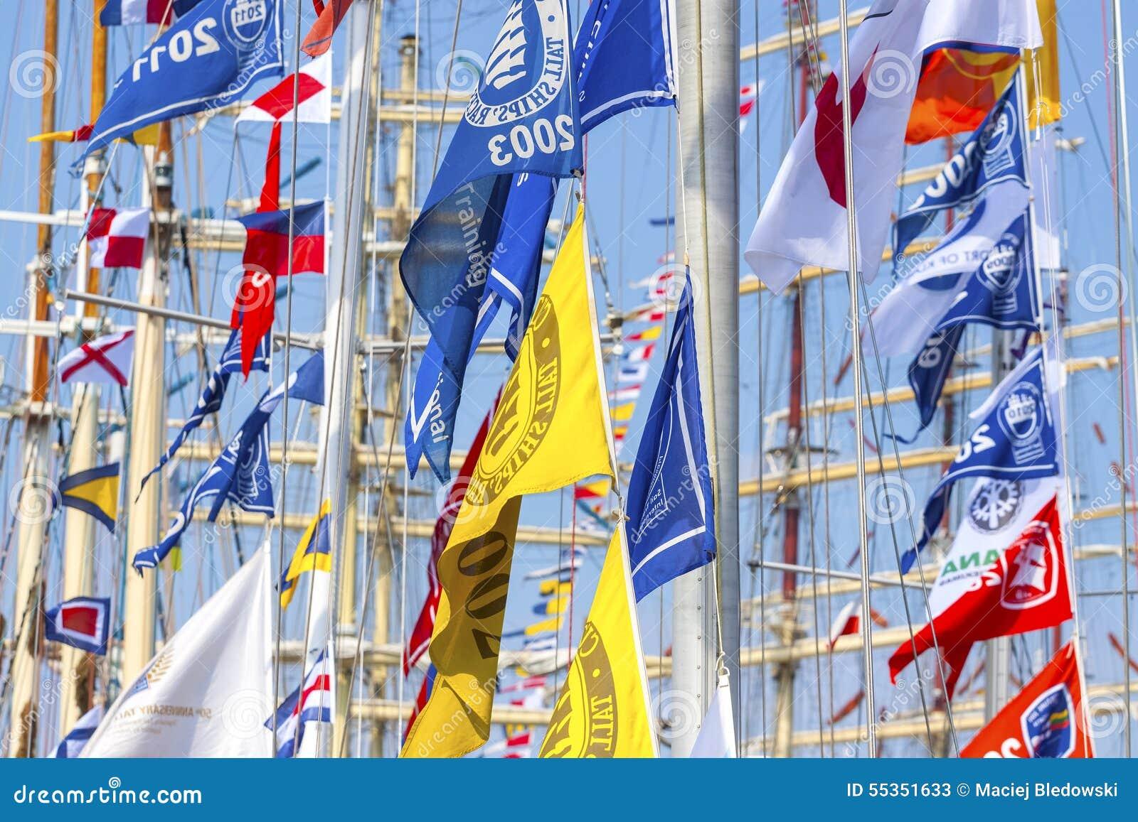 Bandiere variopinte delle navi di navigazione