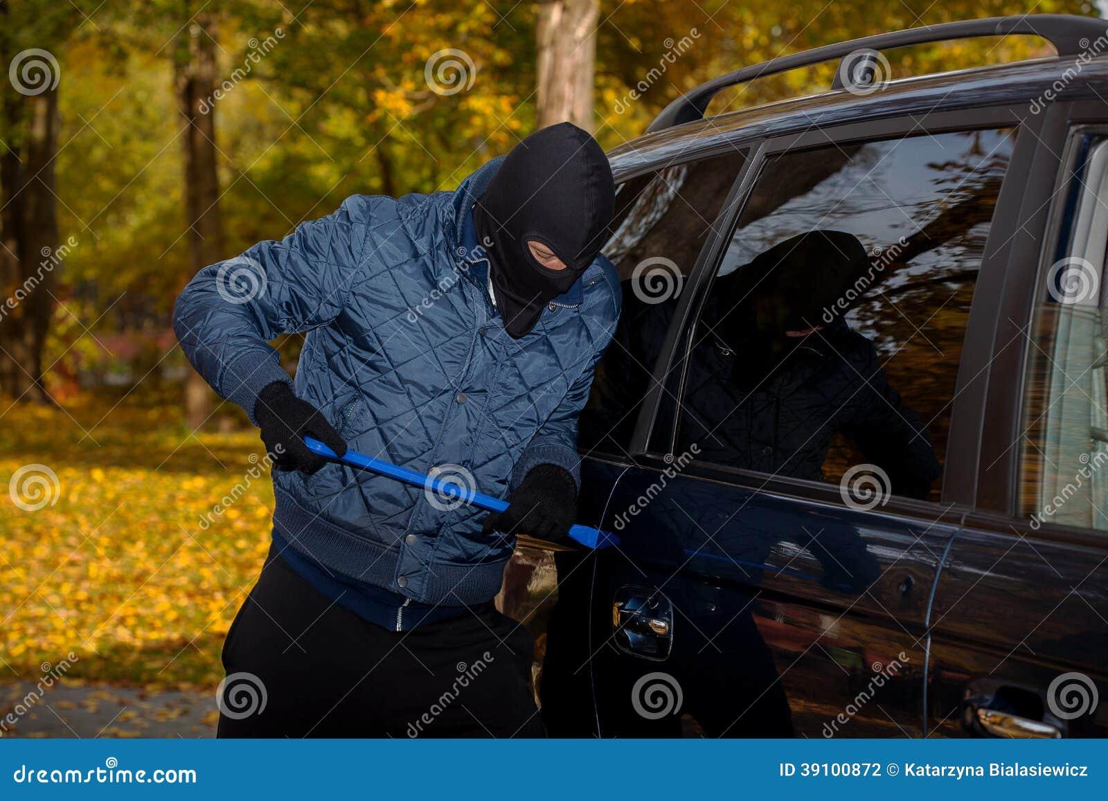 Bandiet opennig de deur van de auto