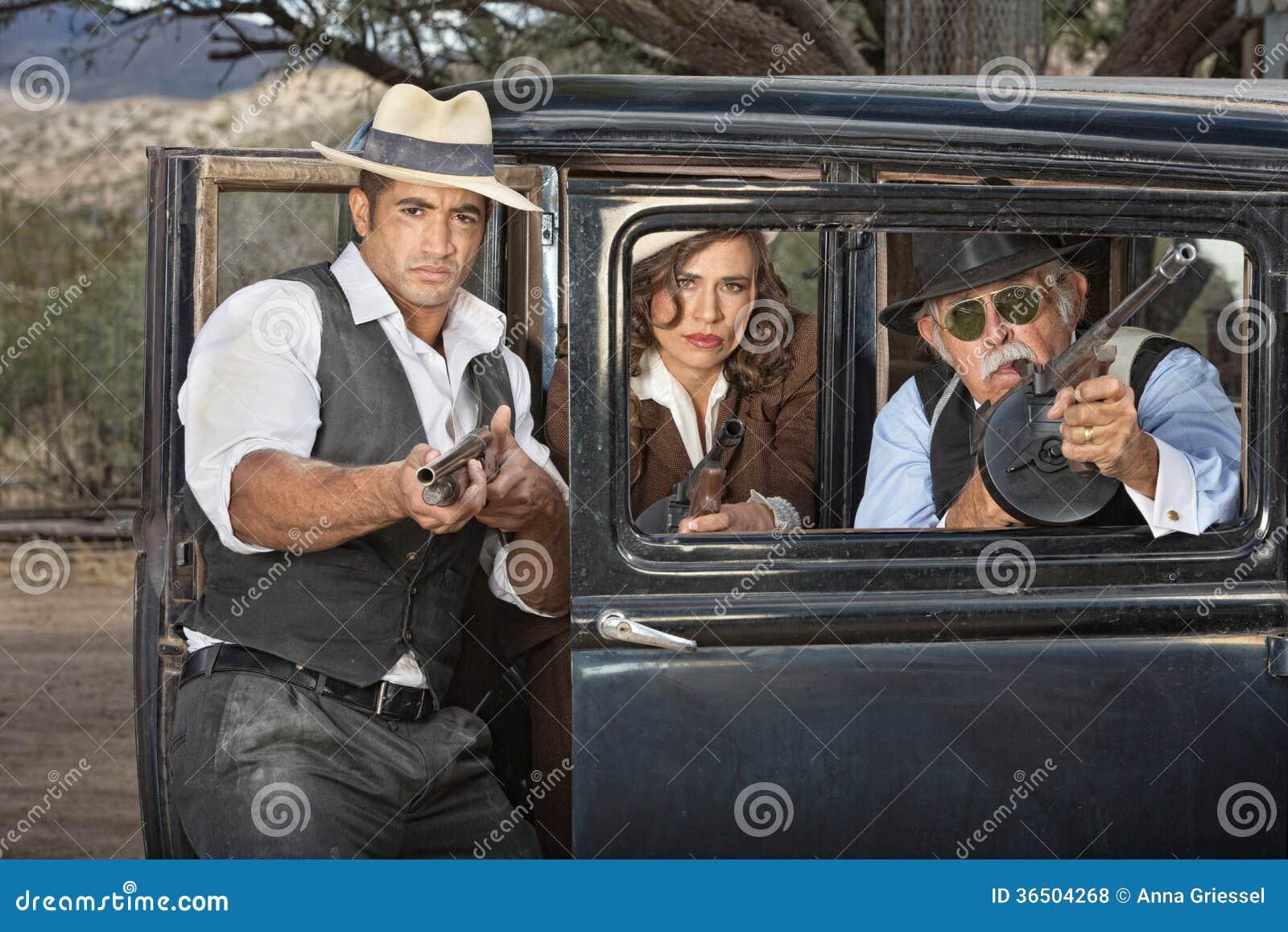 Bandits des années 1920 visant des armes