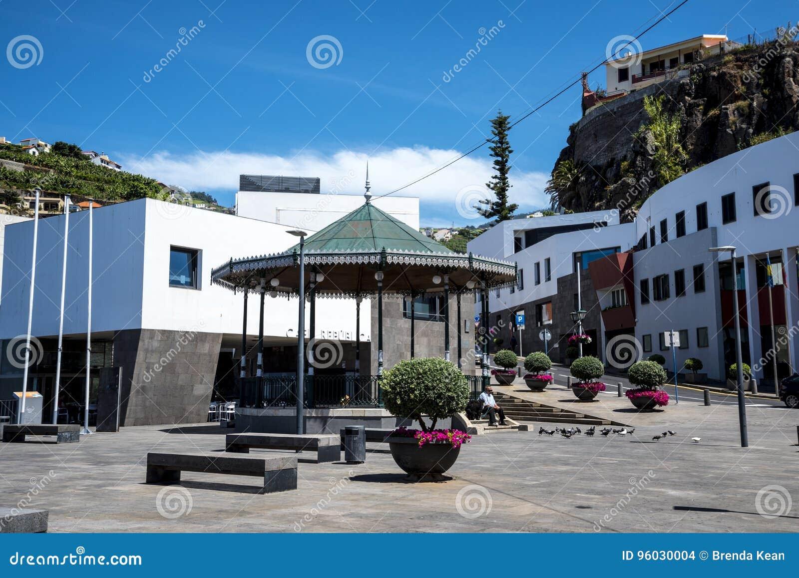 Bandstand w Camara De Lobos jest wioską rybacką blisko miasta Funchal i niektóre wysokie falezy w świacie