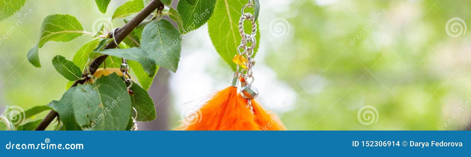 Baner av örhängen av den handgjorda dröm- stopparen med att hänga för fjädertråd- och pärlrep