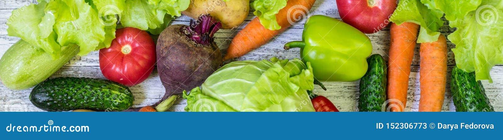 Baner av olika färgrika grönsaker över hela den oavkortade ramen för tabell ?ta som ?r sunt