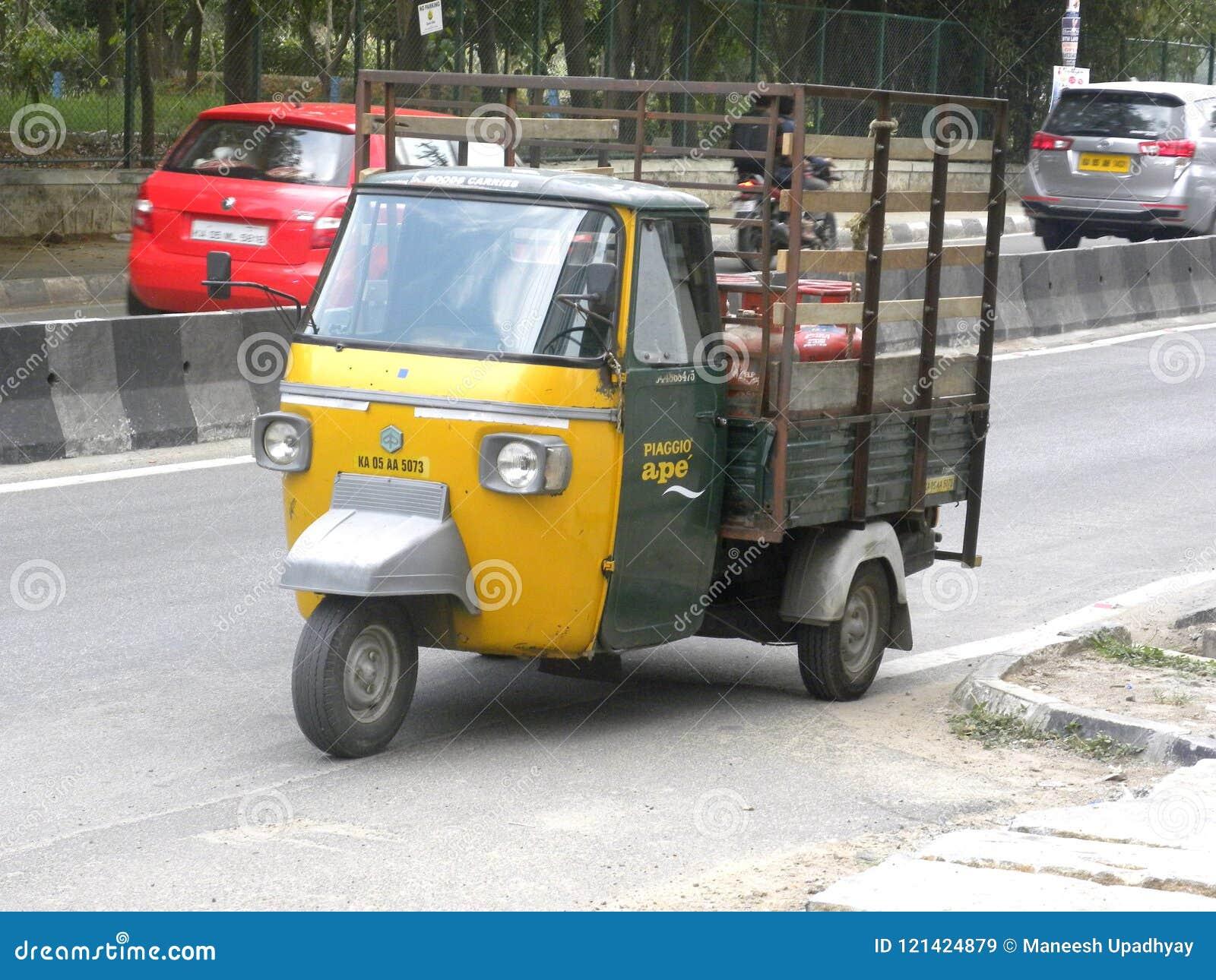 Bangalore, Karnataka, Inde - 26 avril 2018 mini camion automatique sur la route