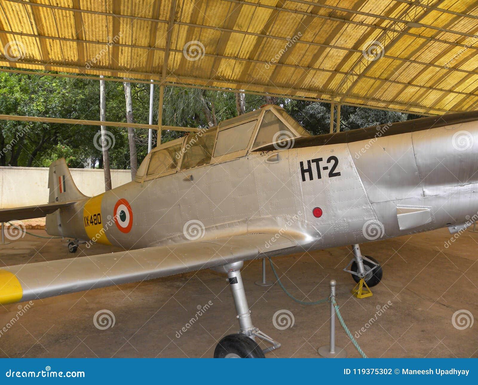 Bangalore Karnataka, Indien - Januari 1, 2009 flygplan för Hindustan instruktör HT-2 på HAL Aerospace Museum