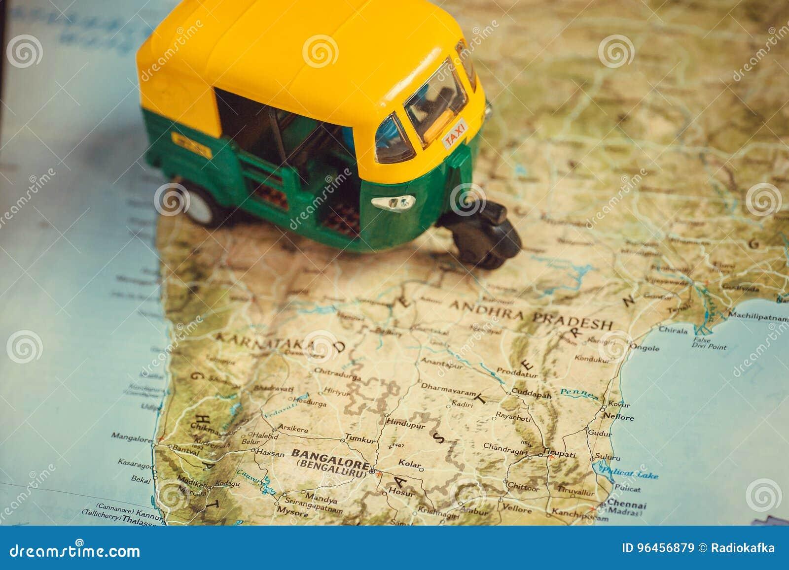 Bangalore stad och annan på Indien vägöversikt med körning av leksakmodellen av detrickshaw medlet