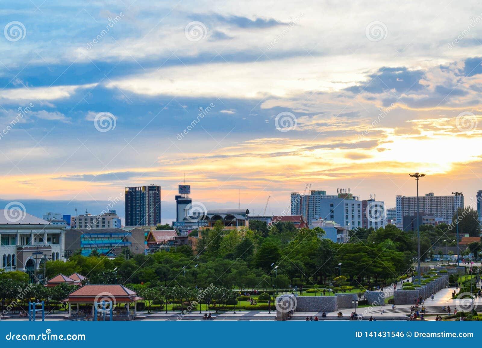 Bangkok est l un des gratte-ciel en Thaïlande et toujours à côté de Chao Phraya River
