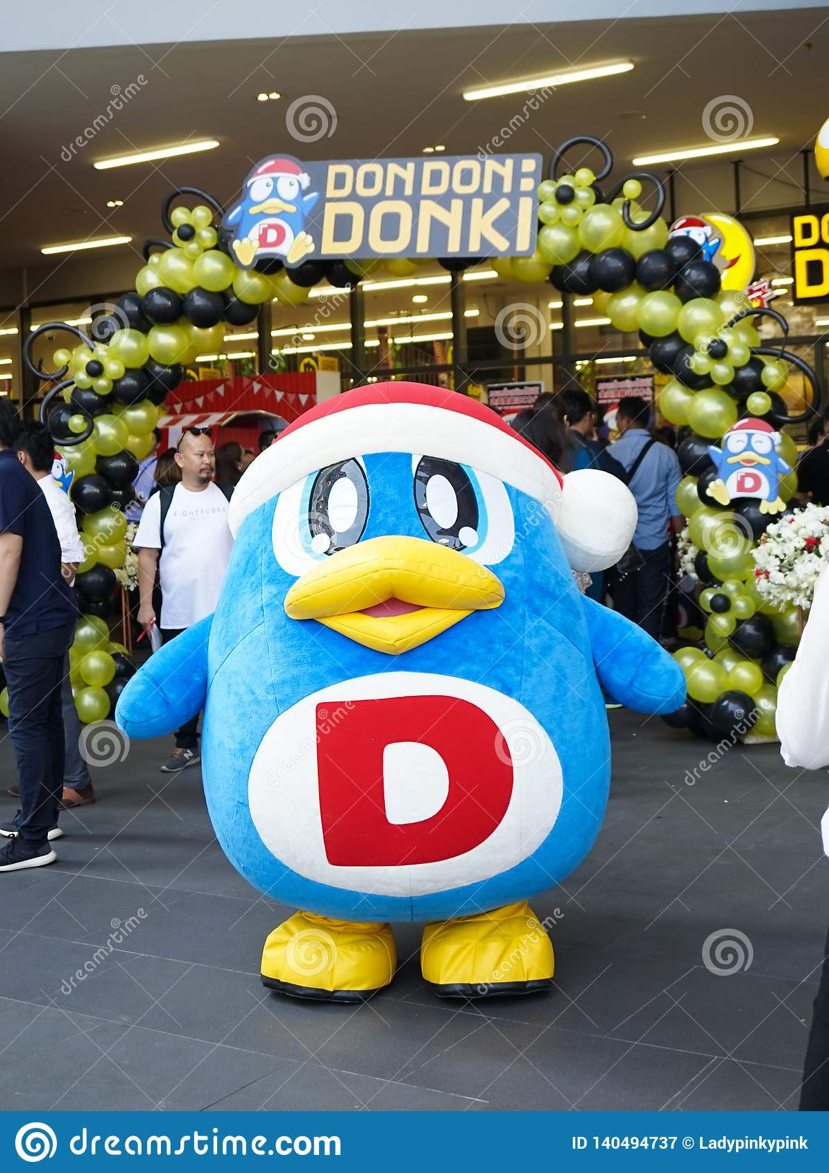 Bangkok - 22 Februari, 2019: Een Pinguïnmascotte behoort tot Donki De Wandelgalerij van Don Don Donki of Donki-is een zeer popula