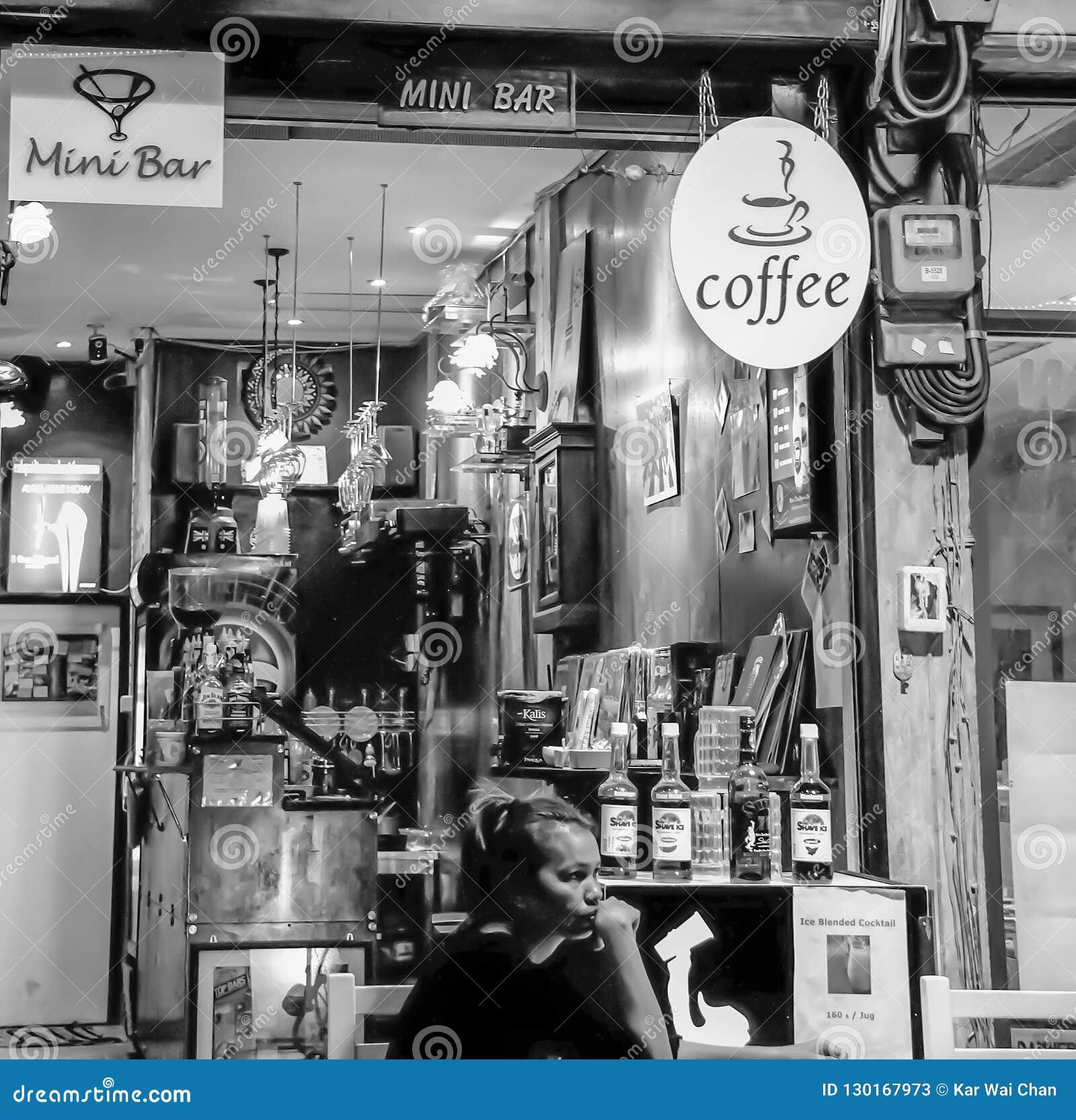 Bangkok - 2010: Mujeres tailandesas que se sientan en un café local y una mini barra