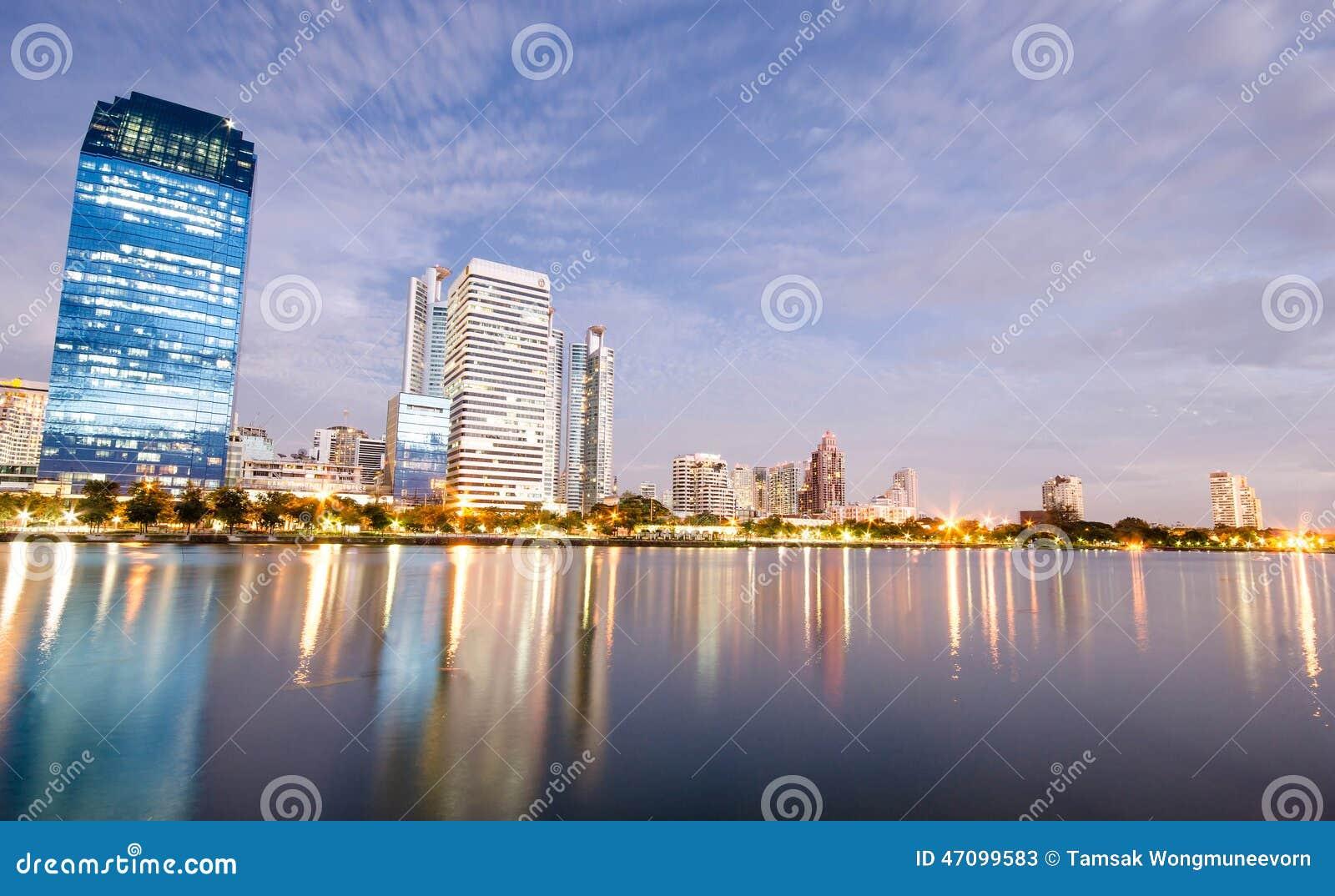 Bangkok-Stadt im Stadtzentrum gelegen nachts mit Reflexion von Skylinen, Bangk
