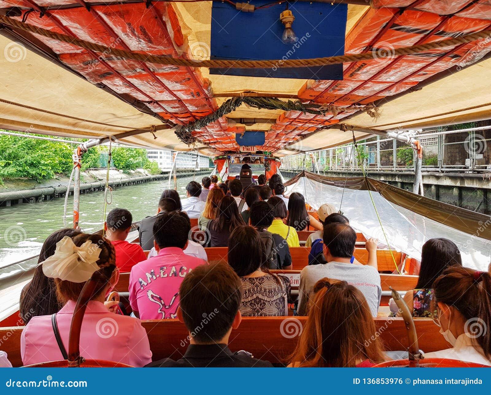BANGKOK, TAILANDIA - 1° MAGGIO 2018: Molta gente va lavorare o viaggiare in barca La barca è una di trasporto pubblico in Tailand