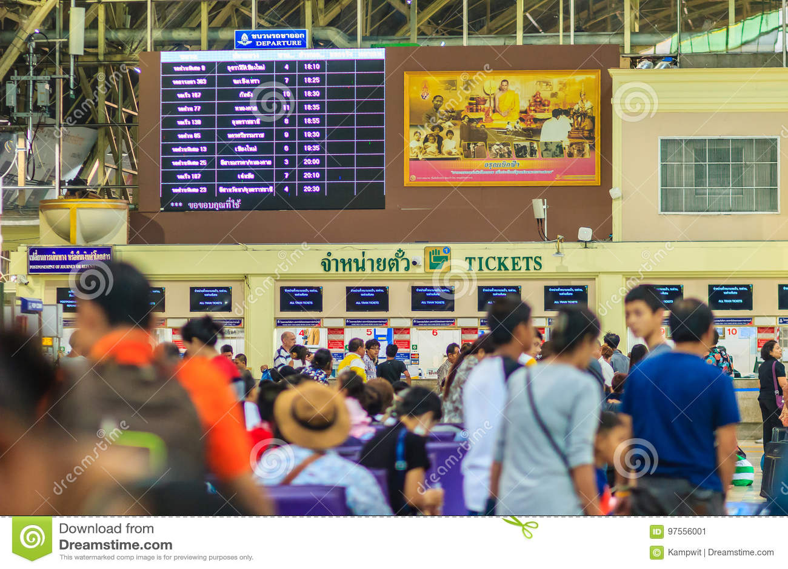 Bangkok, Tailandia - 23 de abril de 2017: Pasajeros que esperan un tra