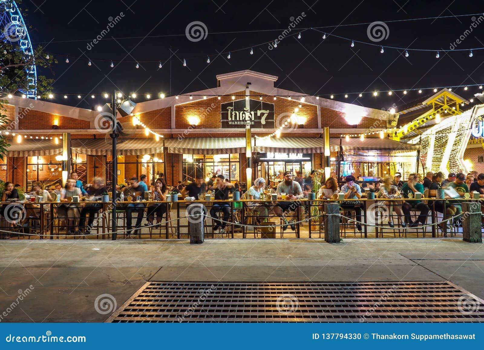 BANGKOK TAILANDIA - 5 DE ENERO: Restaurante al aire libre en Asiatique la orilla del río en noche en Bangkok, el 5 de enero de 20