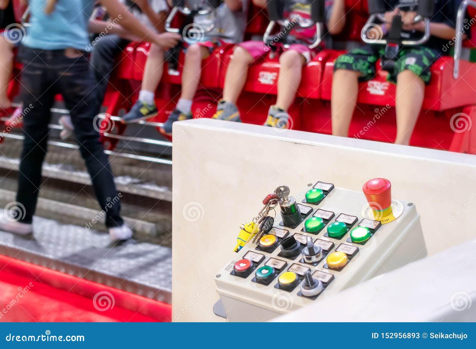 BANGKOK, TAILANDIA - 5 DE JULIO: El panel de control análogo actúa el paseo libre de la caída de los niños en parque de atraccion
