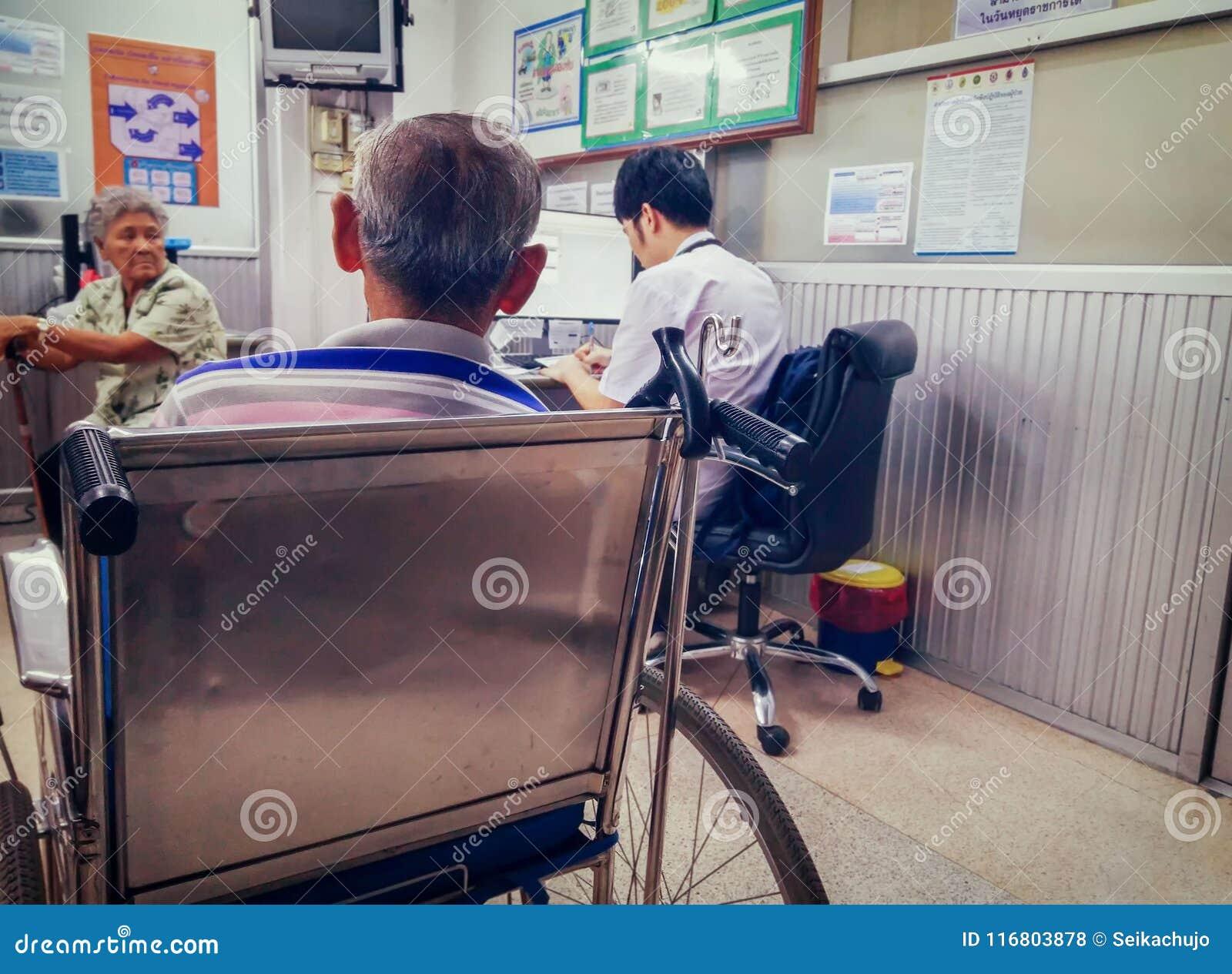 BANGKOK, TAILANDIA - 15 DE MAYO: Espera mayor no identificada f de los pacientes