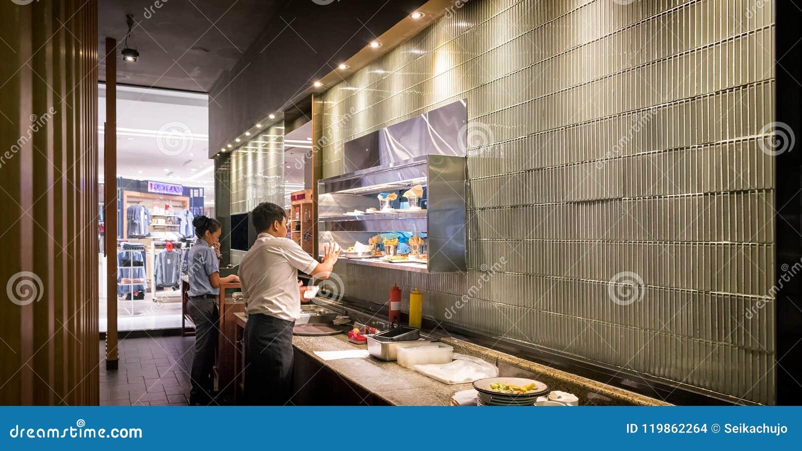 BANGKOK, TAILANDIA - 20 DE MAYO: Los servidores del restaurante comunican con