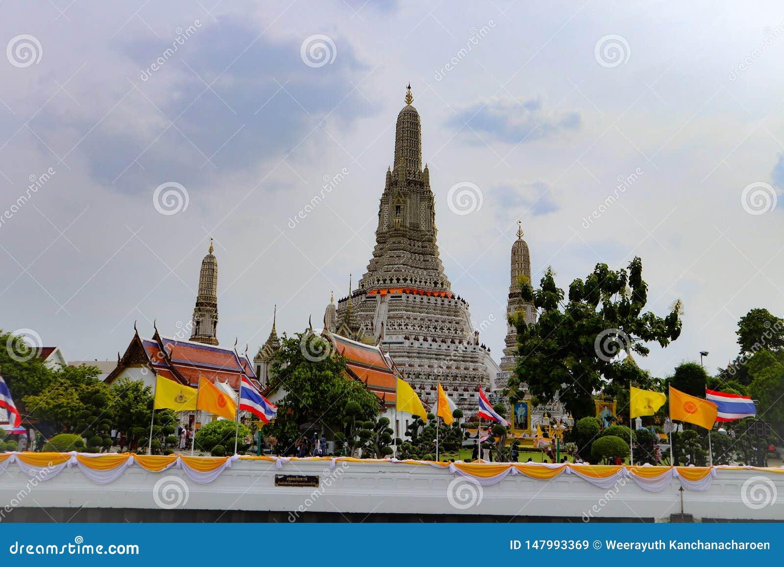 Bangkok, Tailandia - 18 de mayo de 2019: Sit?an a Wat Arun, localmente conocido como Wat Chaeng, en el banco del oeste de Thonbur