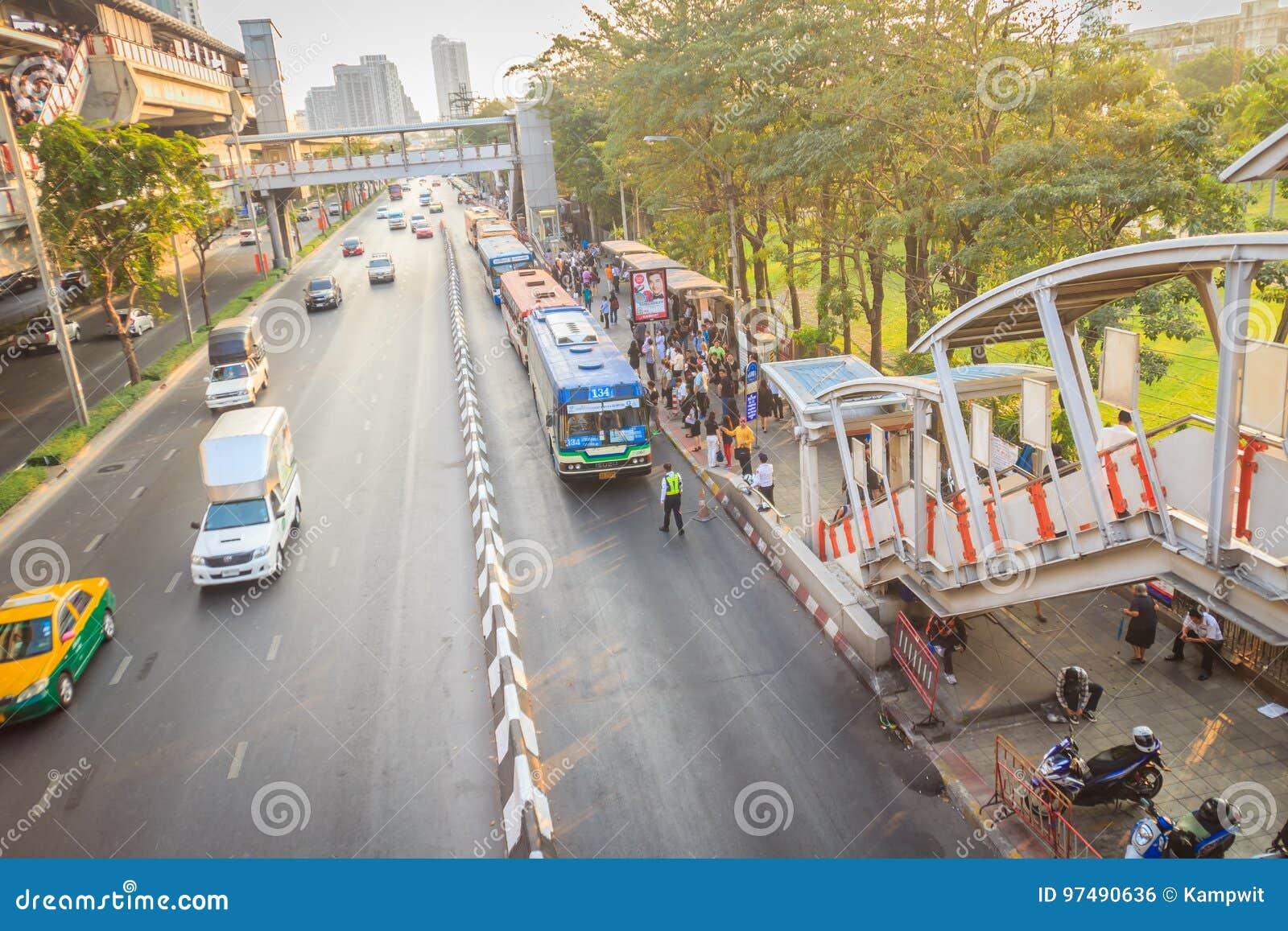 Bangkok, Tailandia - 8 marzo 2017: La folla dei passeggeri è queui