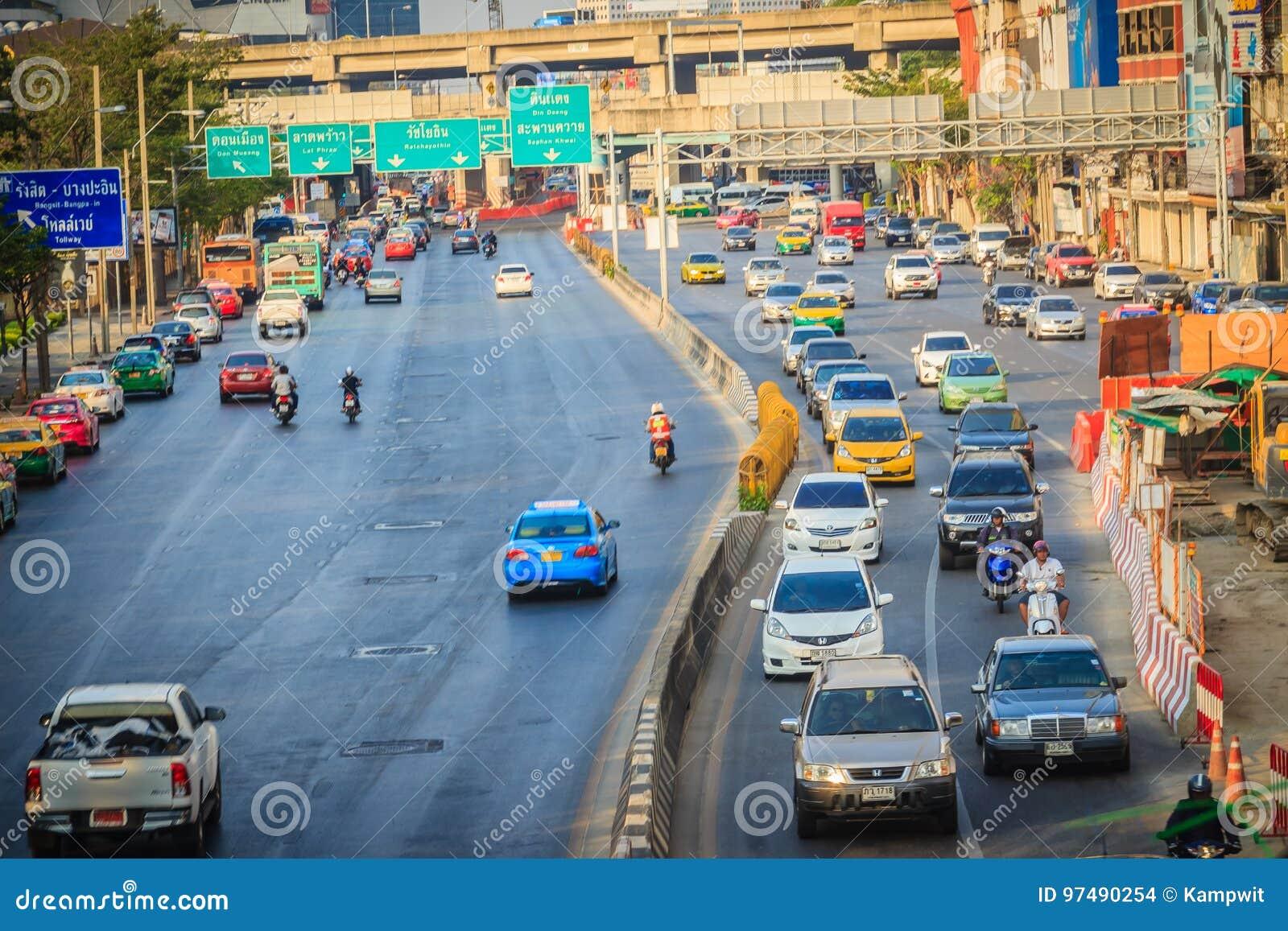 Bangkok, Tailandia - 8 marzo 2017: Traffico sul Phahon Yothin