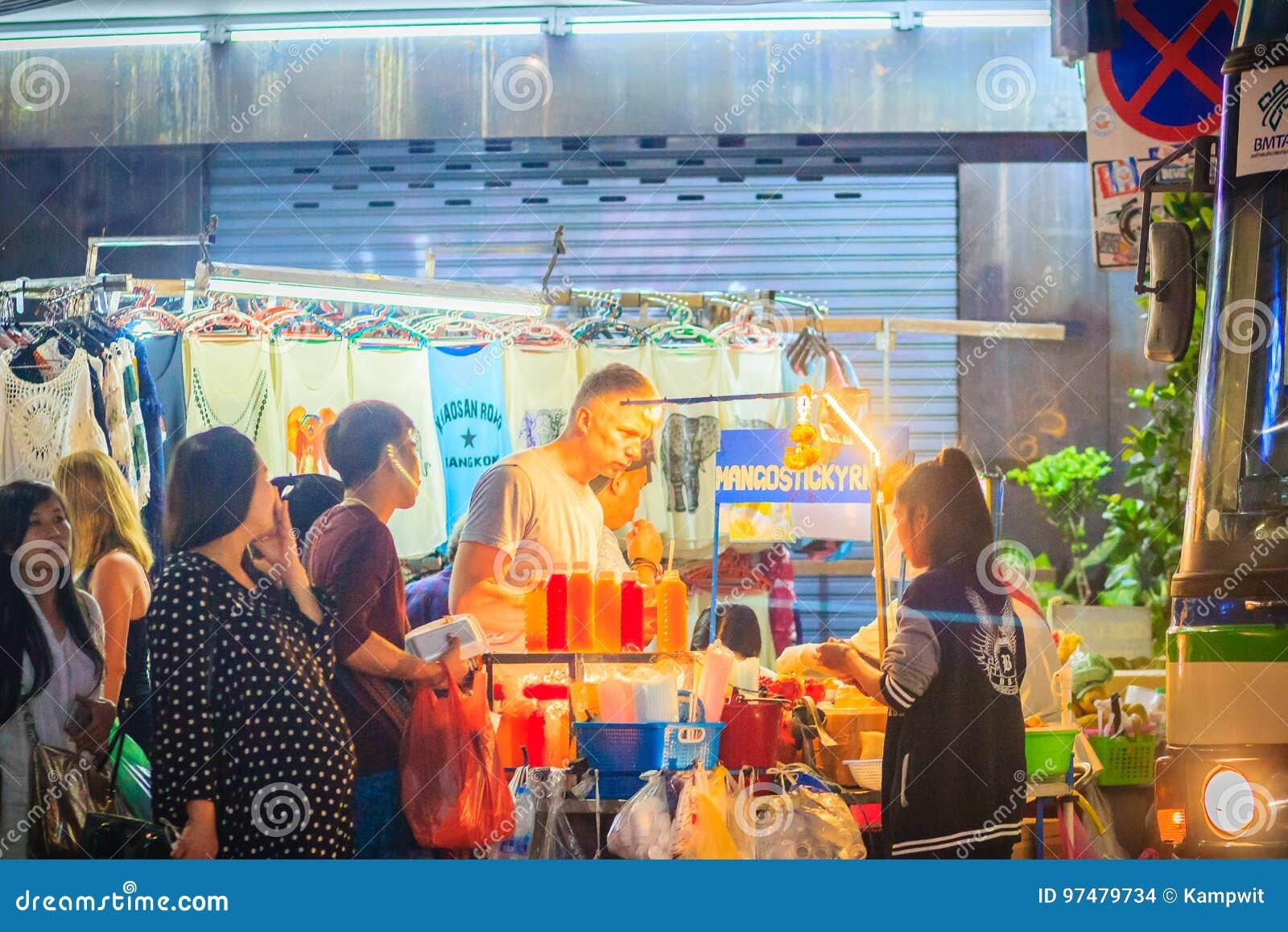 Bangkok, Tailandia - 2 marzo 2017: Turisti e forza di viaggiatori con zaino e sacco a pelo