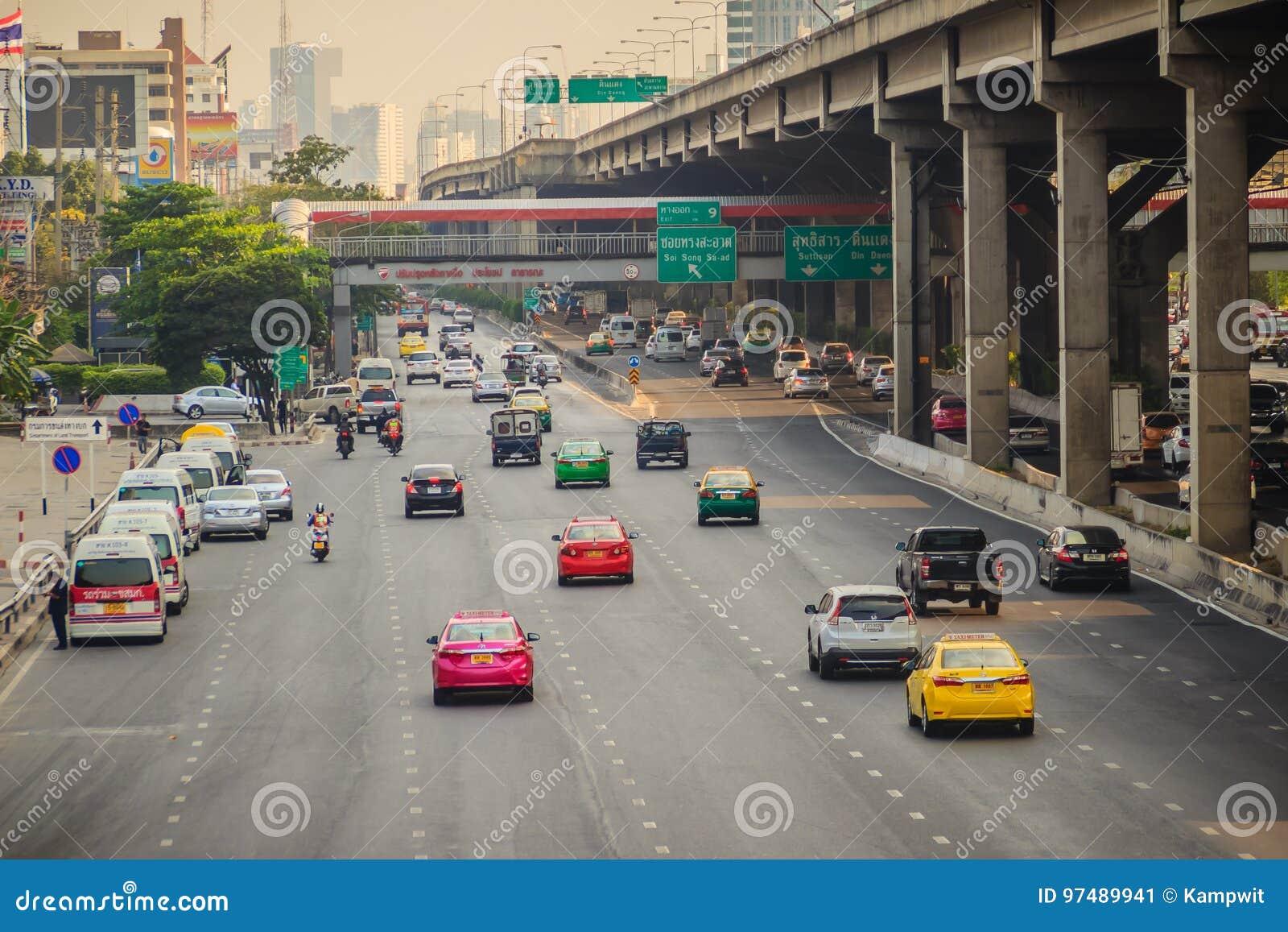 Bangkok, Tailandia - 8 marzo 2017: Uniformemente traffico a Vibhavad
