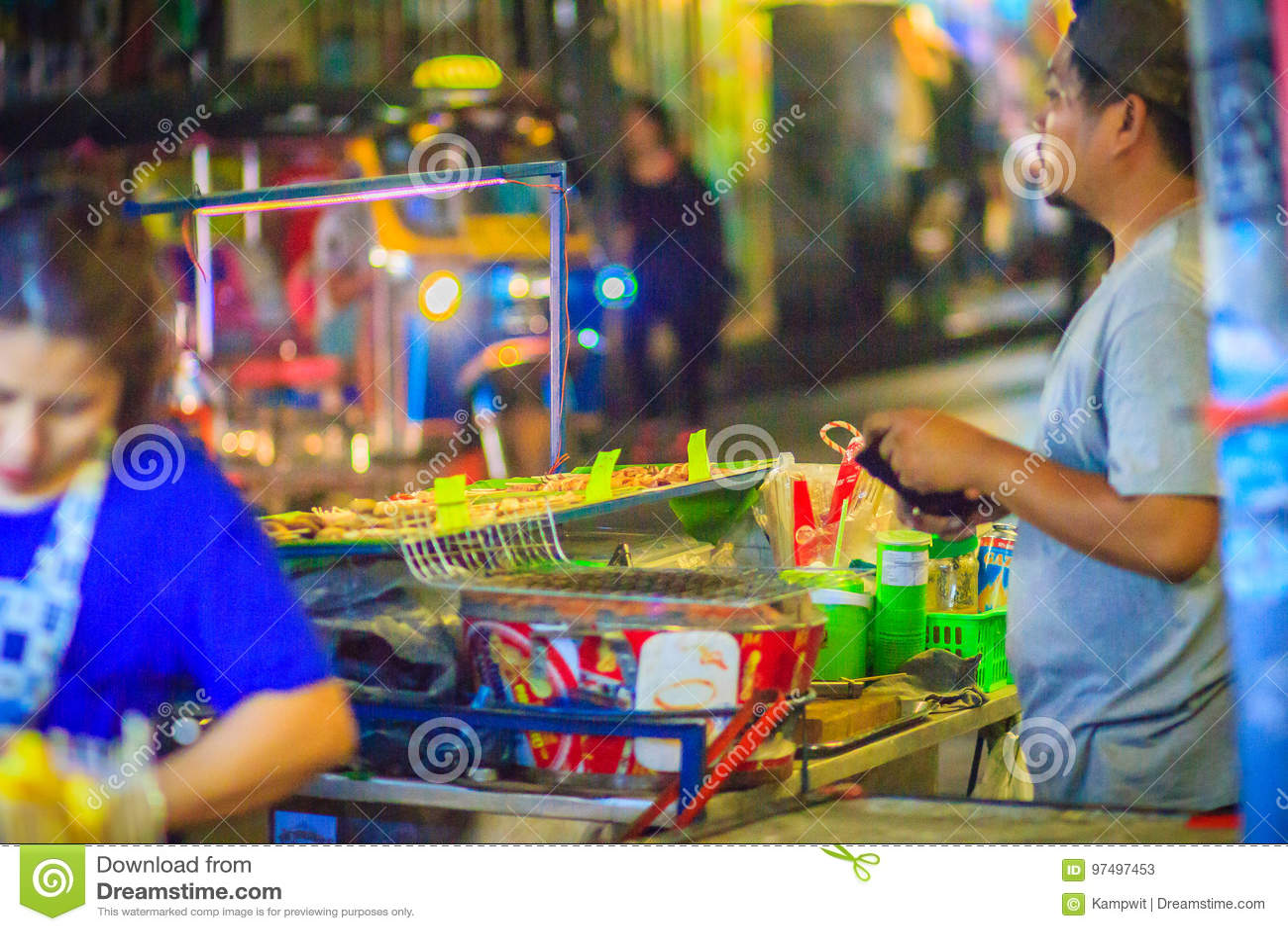 Bangkok, Tailandia - 2 marzo 2017: Venditore arrostito del calamaro a Khao