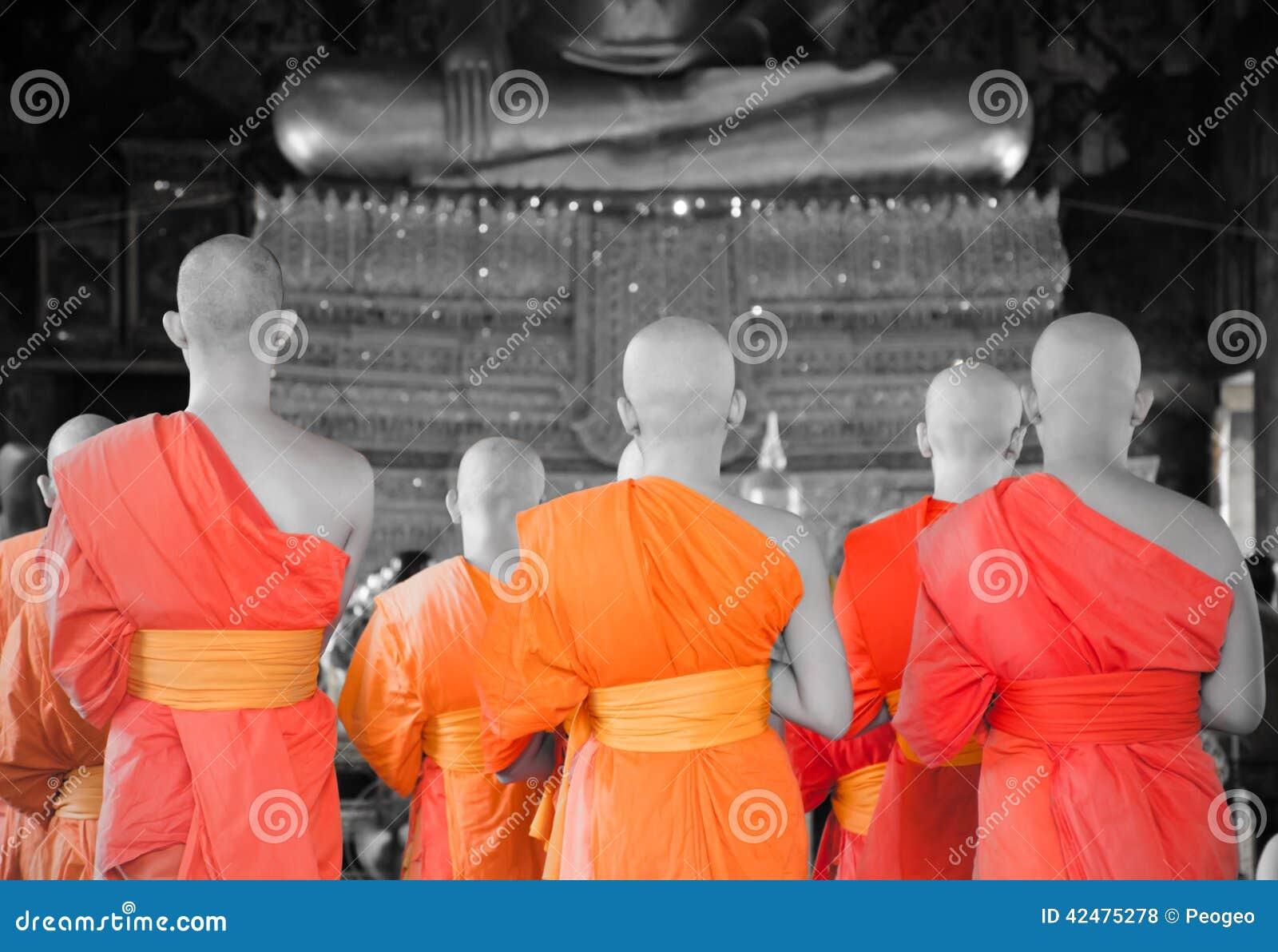 Credenza Per Corridoio : Bangkok tailandia 11 monaci tailandesi del luglio 2014 sta nel