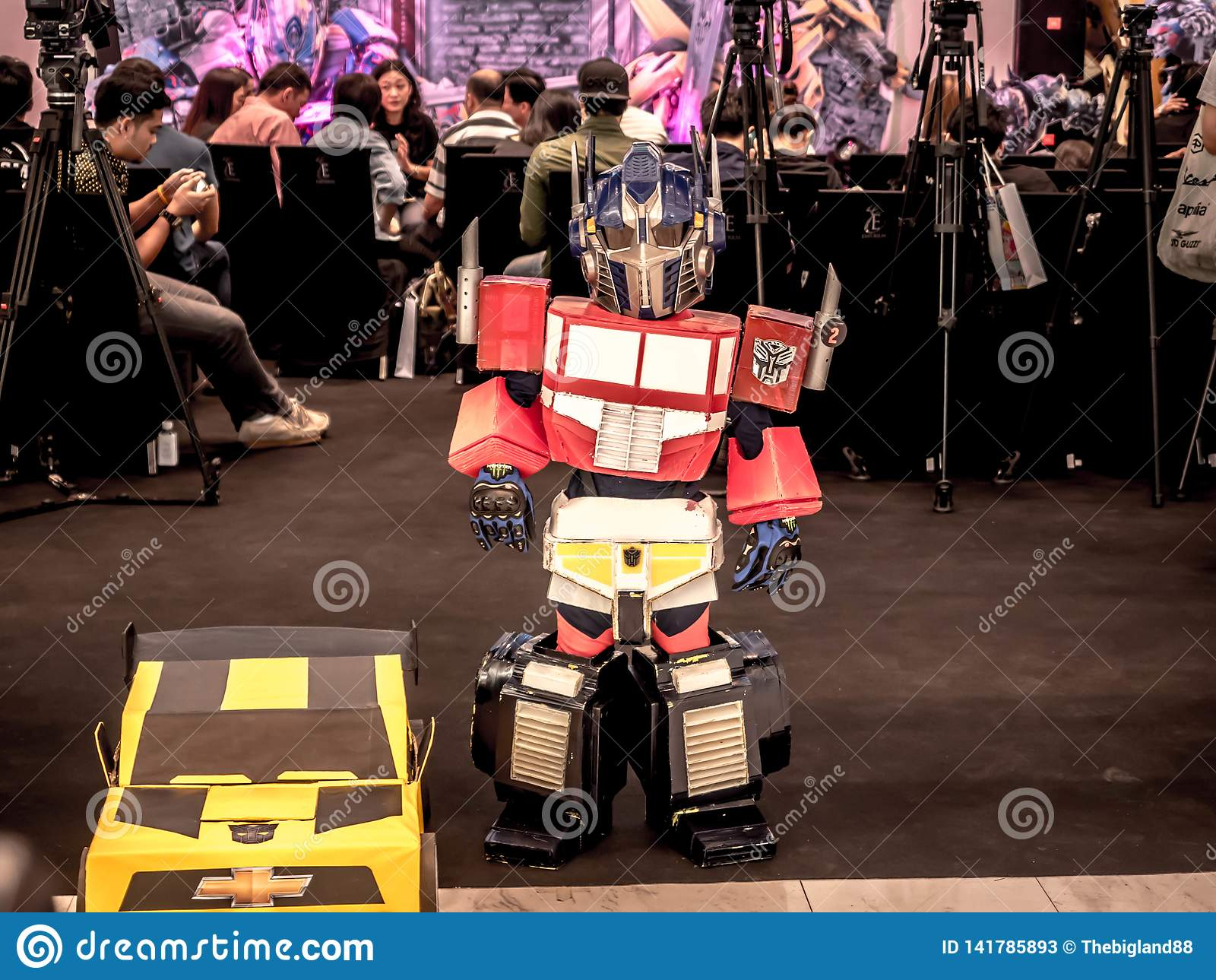 Bangkok Tajlandia, Czerwiec, - 15, 2017: Chłopiec jest ubranym kostium Optimus prima jest powieściowym charakterem od transformat