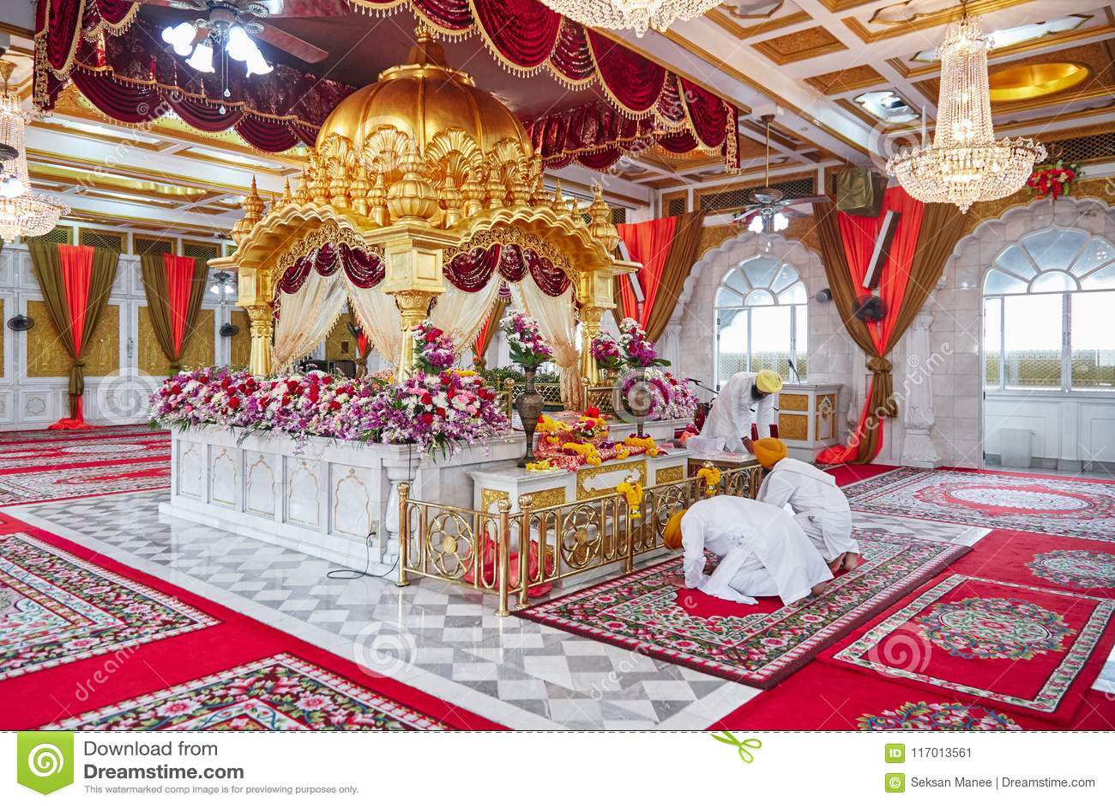 BANGKOK TAJLANDIA, GRUDZIEŃ, - 13, 2014: Piękny wnętrze Sikhijska świątynia w Bangkok, Tajlandia