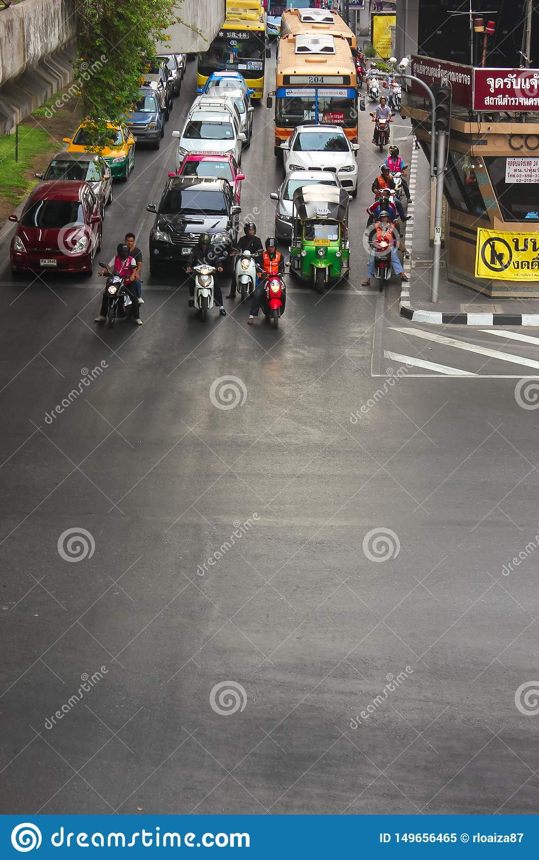 Bangkok Tajlandia, Kwiecień, - 31, 2014 Samochody i motocykle po środku ruchu drogowego czekać na światła ruchu w mieście