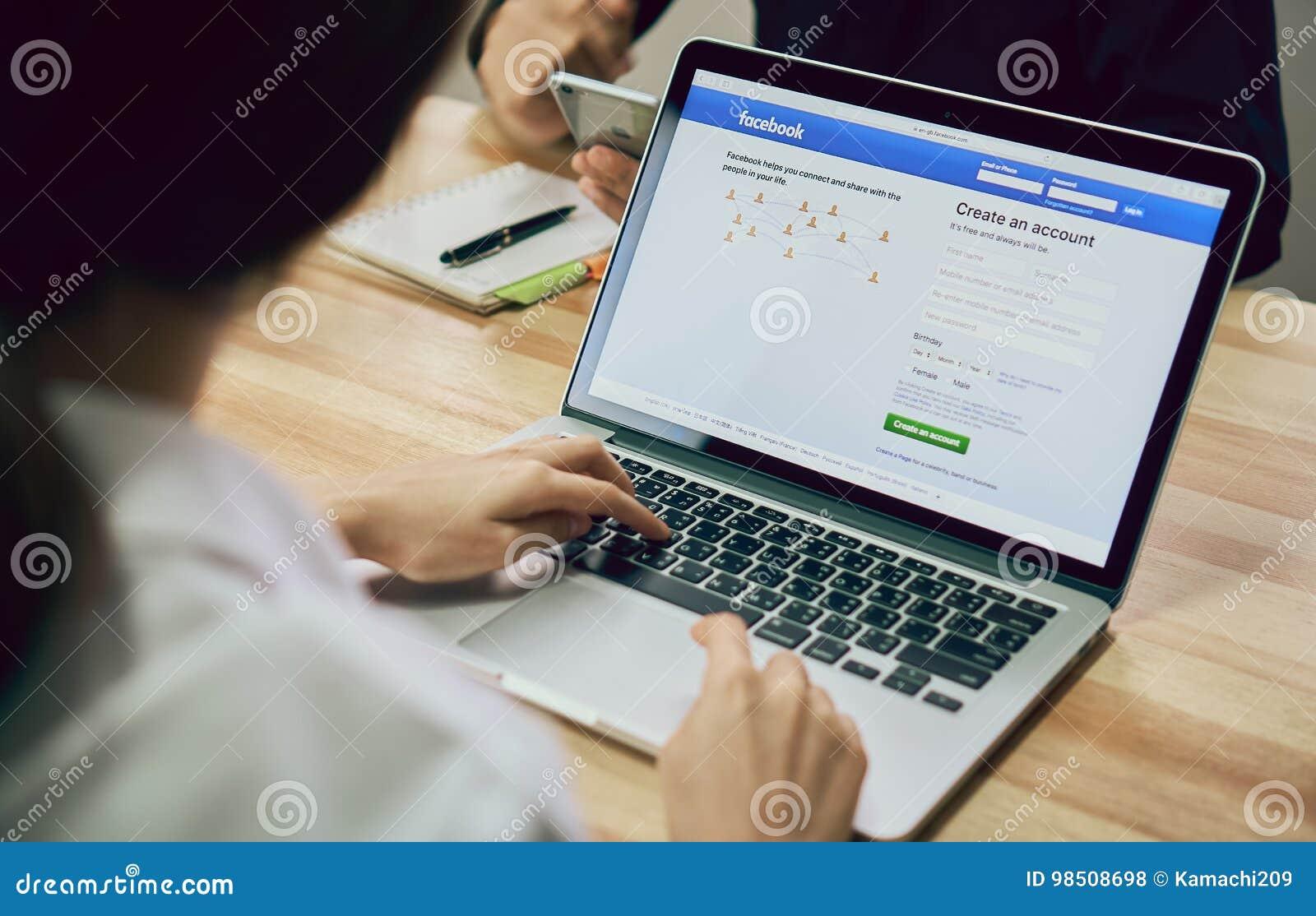 Bangkok Tajlandia, Sierpień, - 23, 2017: Nazwa użytkownika ekranu Facebook ikony na jabłczanym macbook pro wielki i popularny ogó