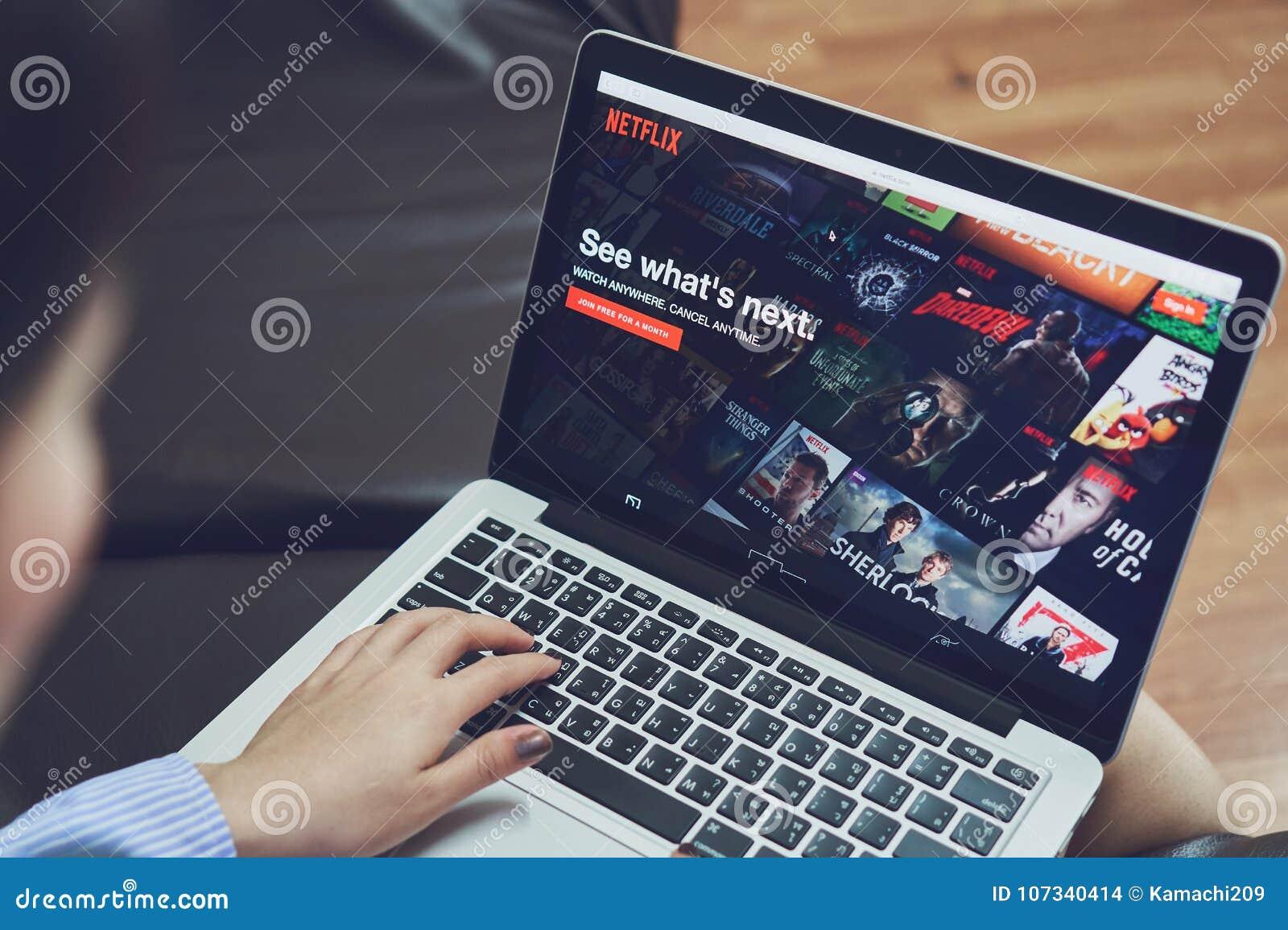 Bangkok Tajlandia, Styczeń, - 9, 2018: Netflix app na laptopu ekranie Netflix jest międzynarodowym wiodącym prenumeratą
