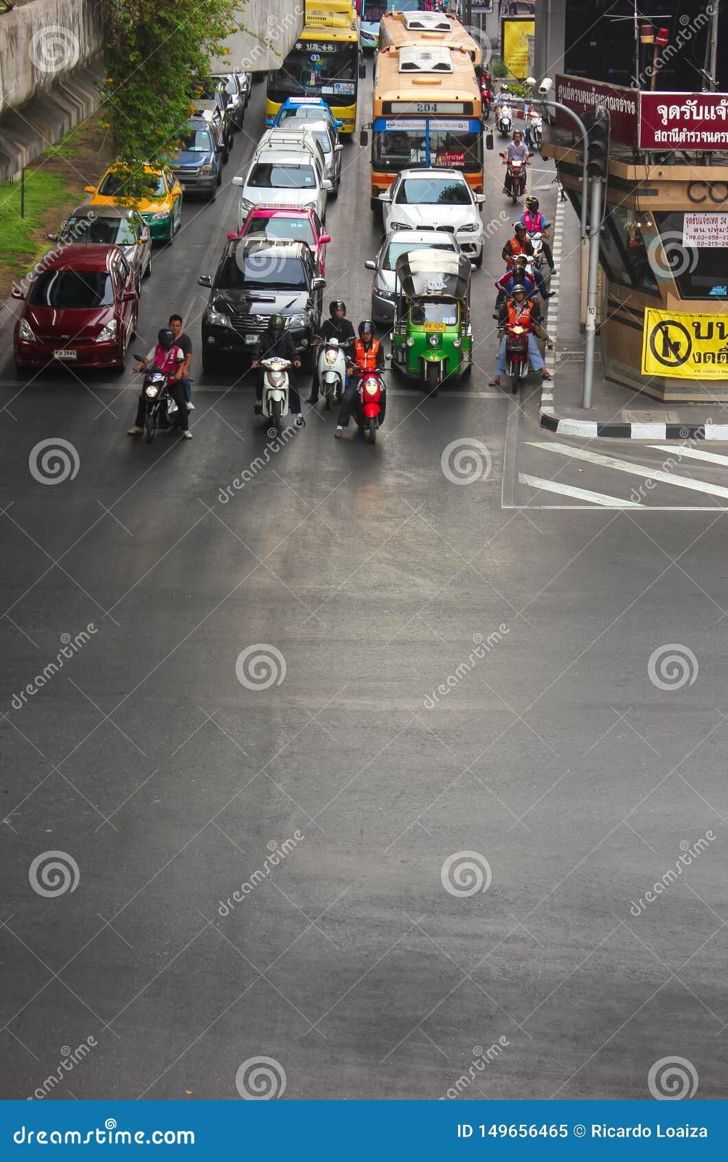 Bangkok, Thaïlande - 31 avril 2014 Voitures et motos au milieu du trafic attendant le feu de signalisation dans la ville de