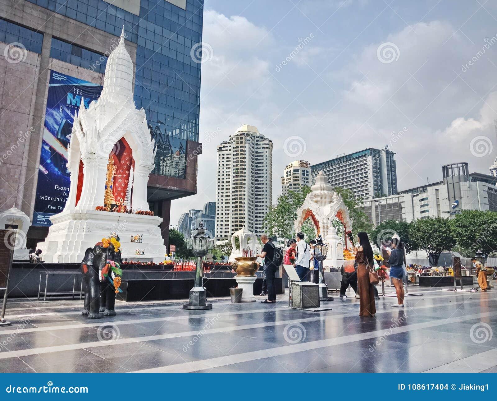 Bangkok, Thaïlande - 26 janvier 2018 : Statue et disciple de Trimurti au monde central
