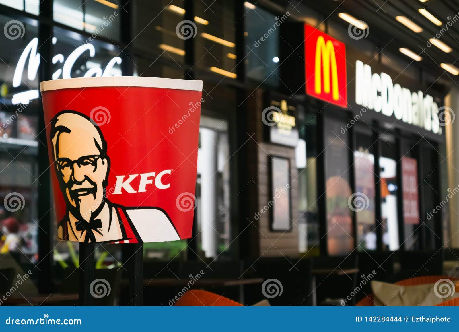 BANGKOK, THAÏLANDE 16 mars 2019 : Le logo de KFC tout près le magasin de McDonald à Bangkok, THAÏLANDE