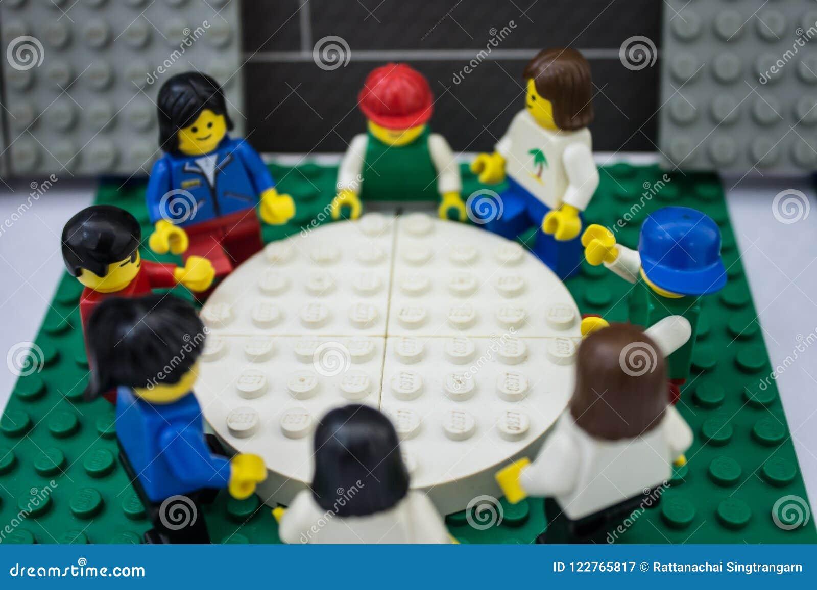 Bangkok, Thaïlande - 7 mars 2016 : Réunion d affaires de jouets de personnes de Lego au bureau travail d équipe, prévoyant et fon