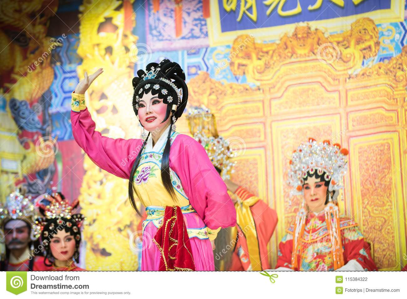 Chinese Opera : Chinese Traditional Opera Actor With Theatrical