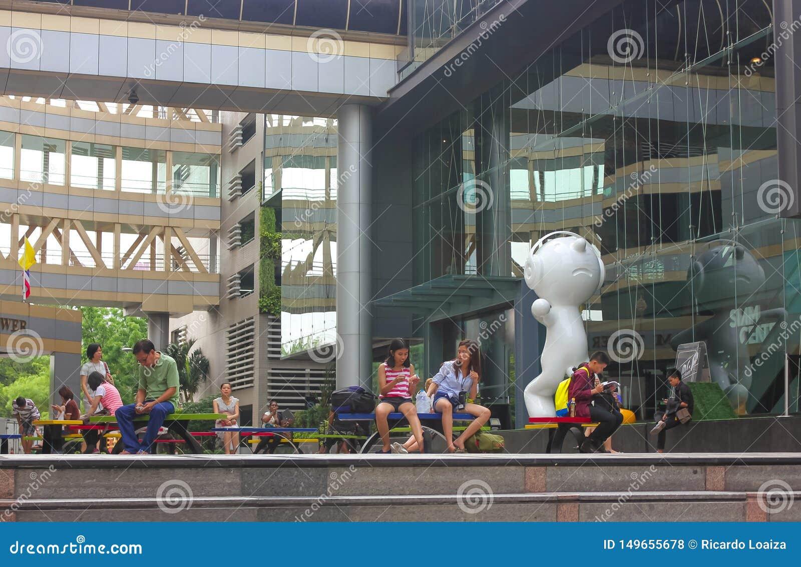 Bangkok, Thailand - 31. April 2014 Leute, die verschiedene Tätigkeiten in einem Erholungsraum von Siam Tower in Bangkok, Thailand