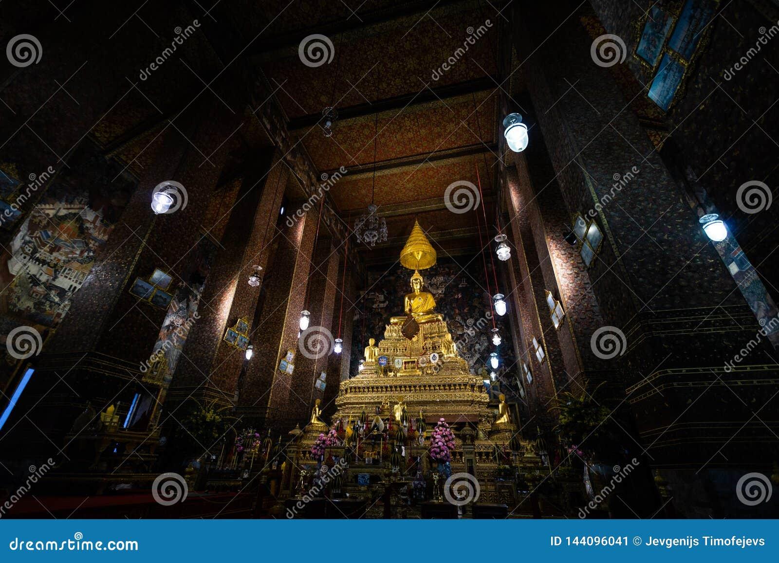 BANGKOK THAILAND - APRIL 6, 2018: Wat Pho buddisttempel - som dekoreras i guld- och ljusa färger var buddists går att be -