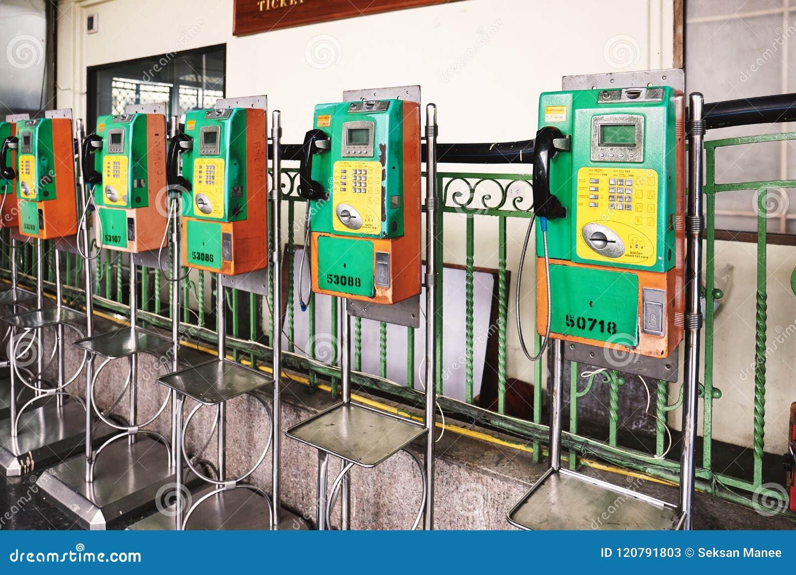 BANGKOK, THAILAND - 6. Juli 2018: Allgemeine Telefonzelle am zentralen hauptsächlichbahnhof