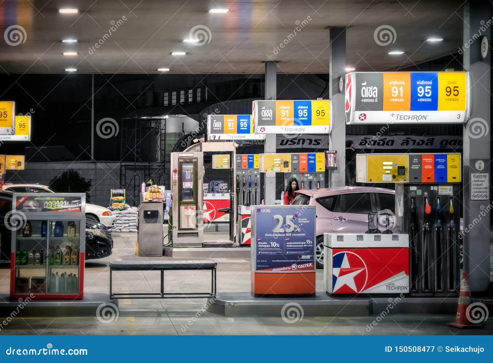 BANGKOK, THAILAND - 12. JUNI: Caltex-Benzin petro Station dient verschiedenen Techron-Brennstoff auf Pumpen auf Katchanapisek-Str