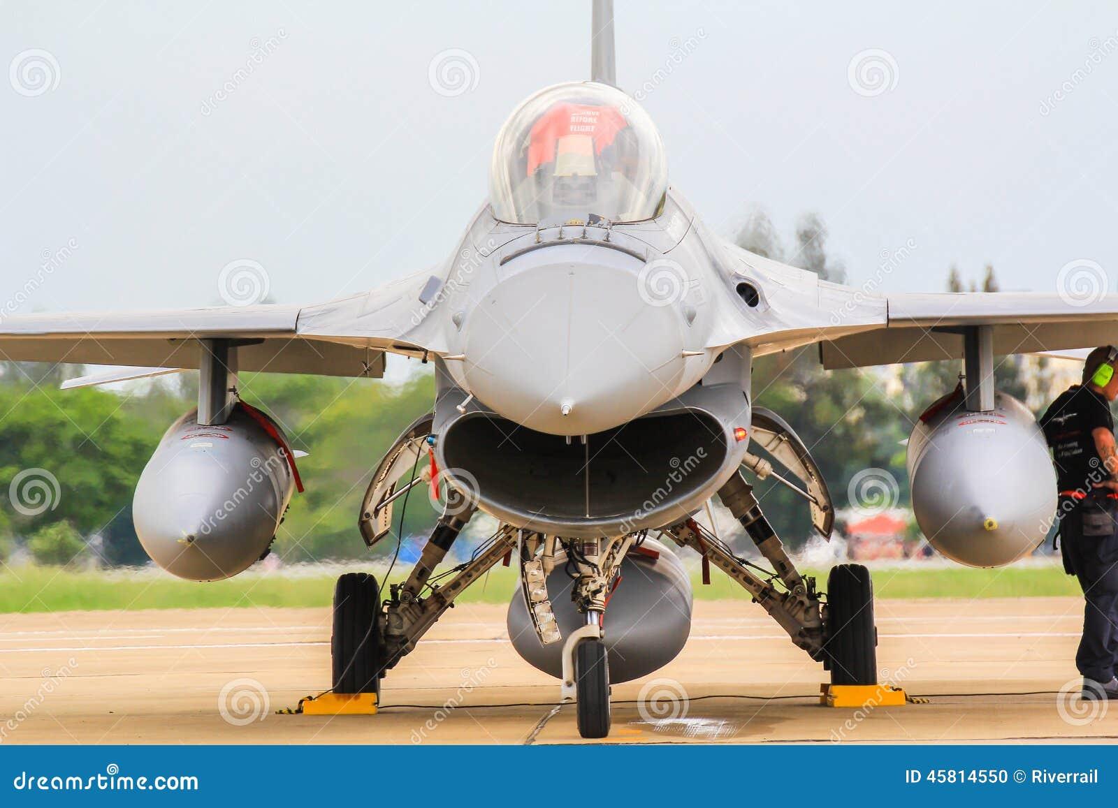 BANGKOK, THAILAND - 30. JUNI: F-16 des königlichen thailändischen Luftwaffenshowfestivals