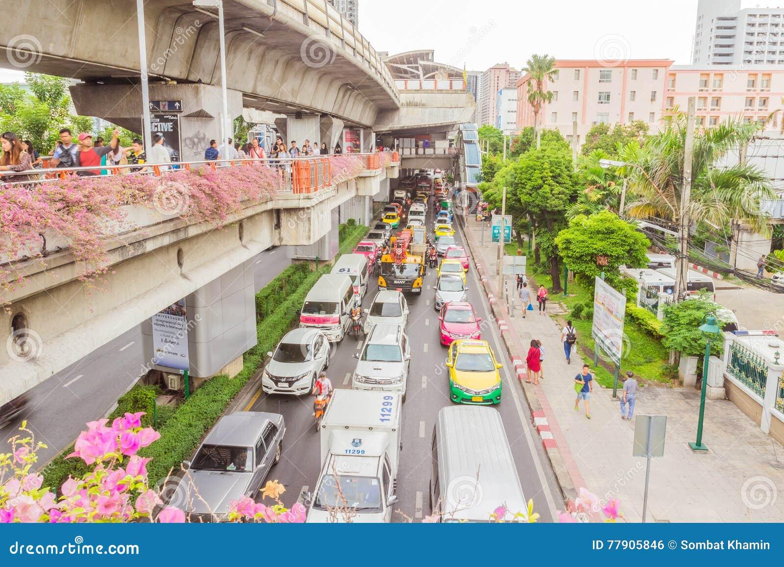 Bangkok, Thailand - 5. Juni 2016: Seitenansicht der Himmelzugstraße an der Station und an vielem Verkehr darunter