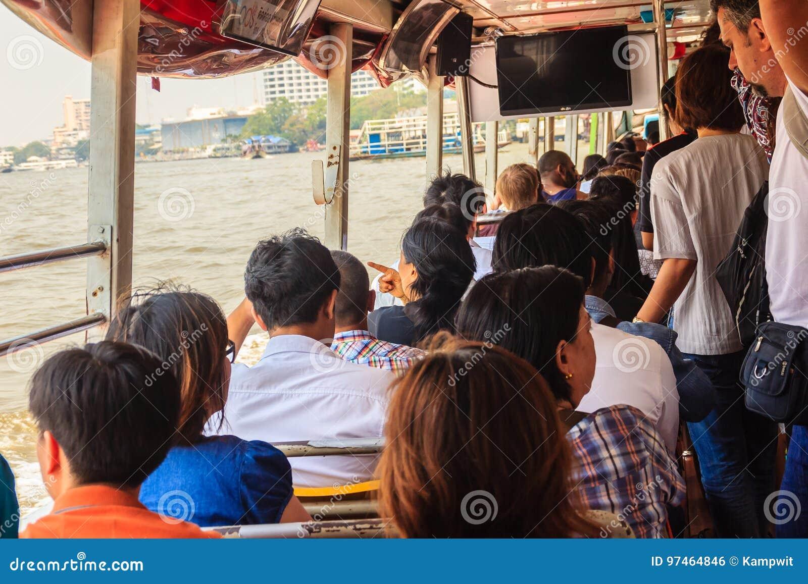 Bangkok, Thailand - 2. März 2017: Passagiere an Sathorn-Pier, a