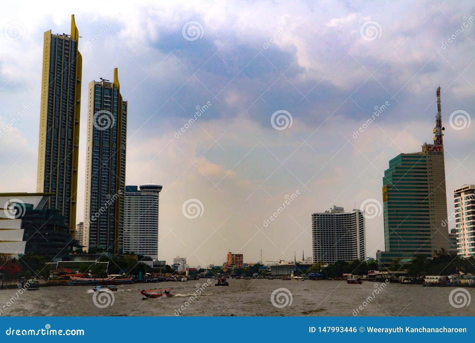 Bangkok, Thailand - 18. Mai 2019: Die Landschaftsskyline in Chao Pra Ya-Fluss mit Boot, Pier, Turm und Wolkenkratzern Bangkok Tha