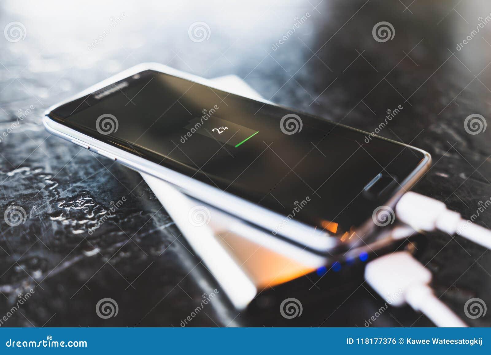 Bangkok Thailand - Maj 24, 2018: Makt för uppladdning för smartphone för kant för Samsung galax S7 via powerbankbatteriuppladdare
