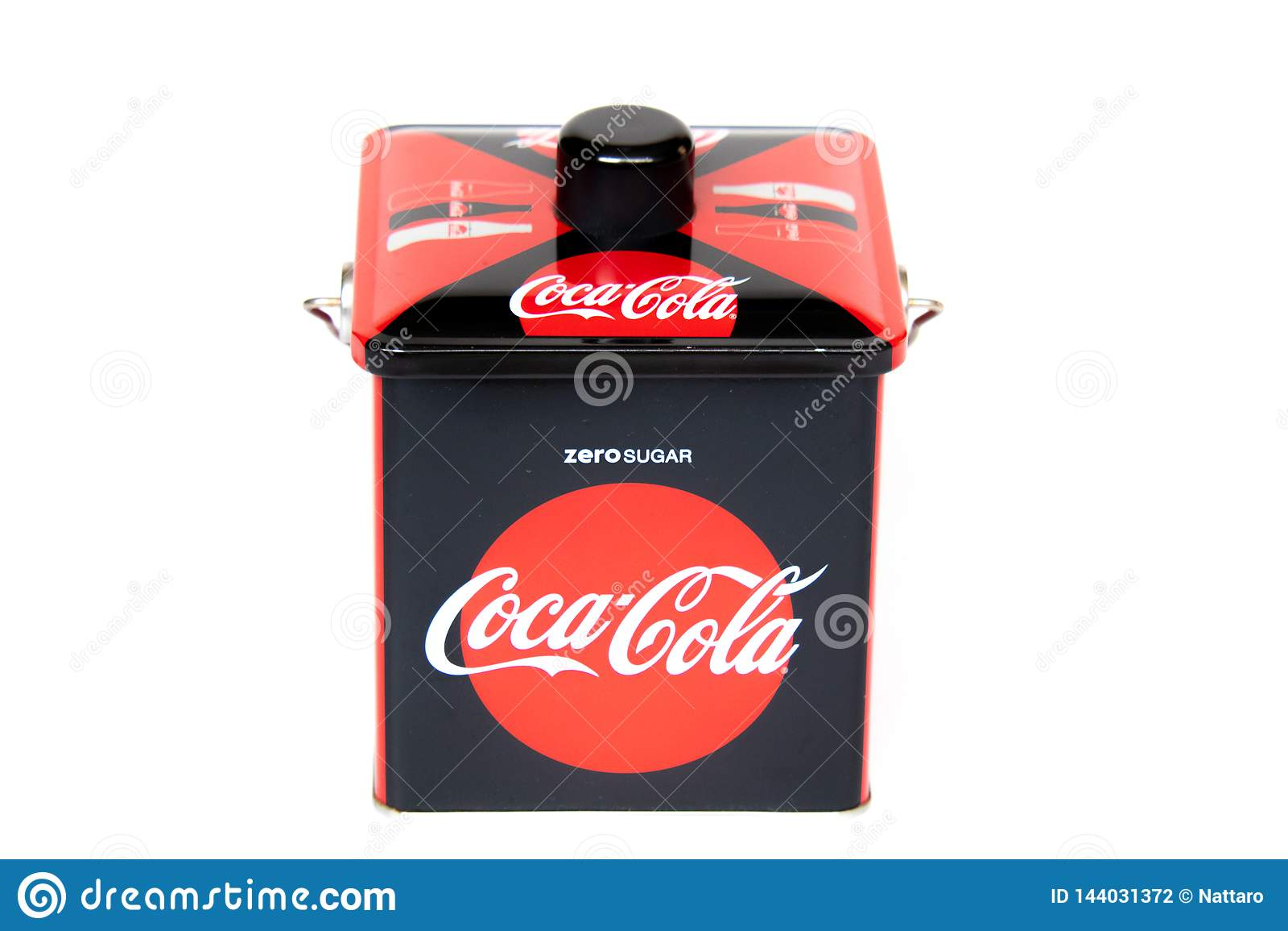Bangkok Thailand, 2019, marsch 16: coca - ask för colacolaaluminium som isoleras på vit bakgrund