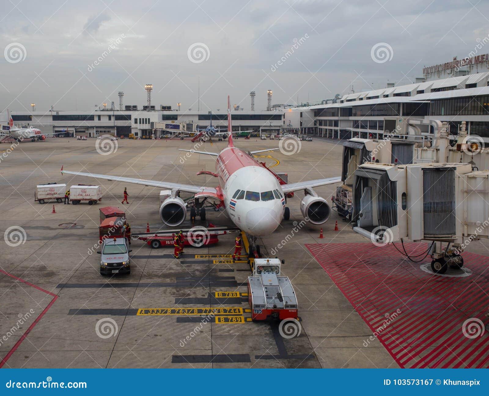 BANGKOK THAILAND - NOV2,2017 : airasia airline plane preparing t