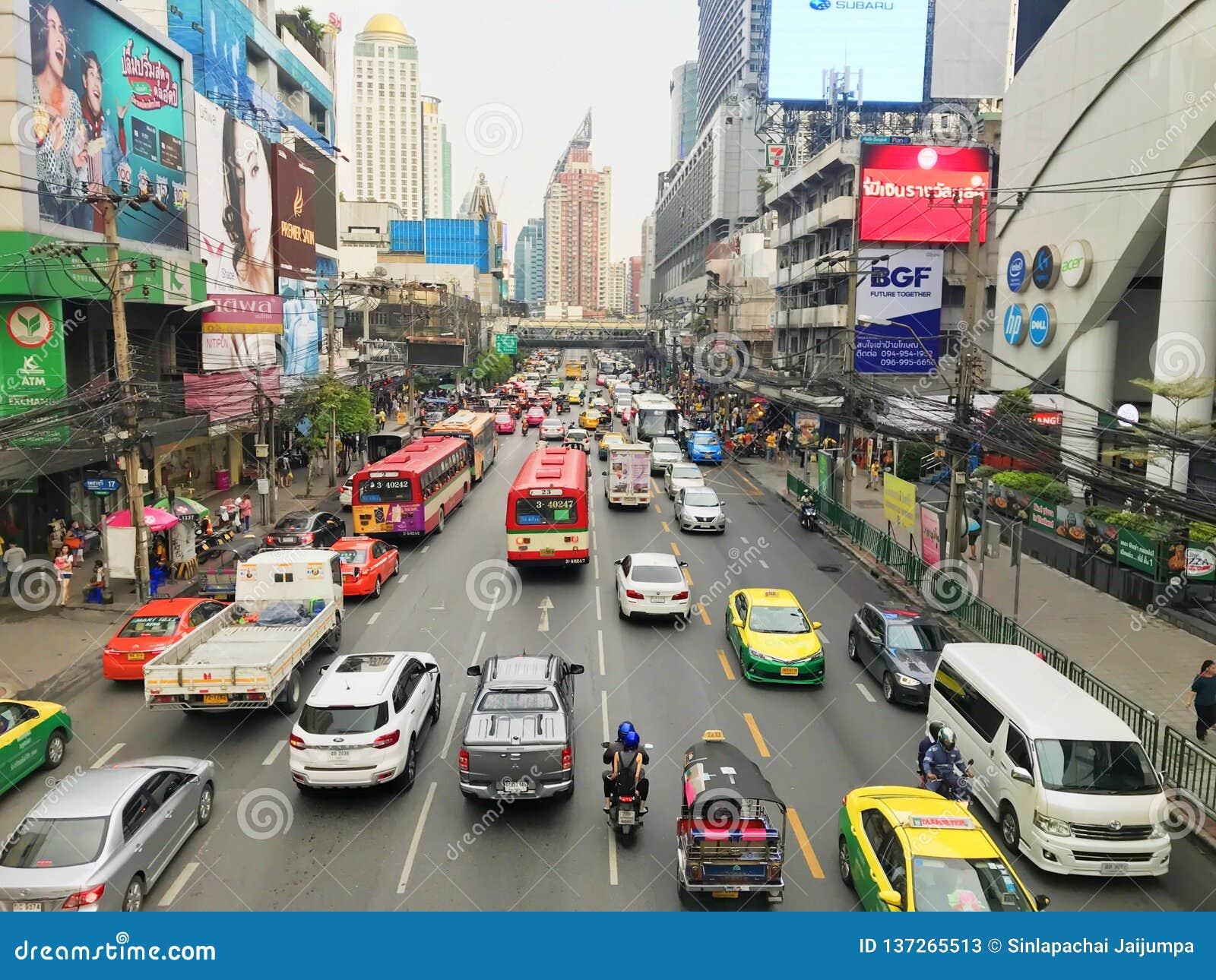 Bangkok Thailand - Oktober 13 2018: Många bilar, bussen och motorcyklar orsakar trafikstockningar på den Phetchaburi vägen har pl