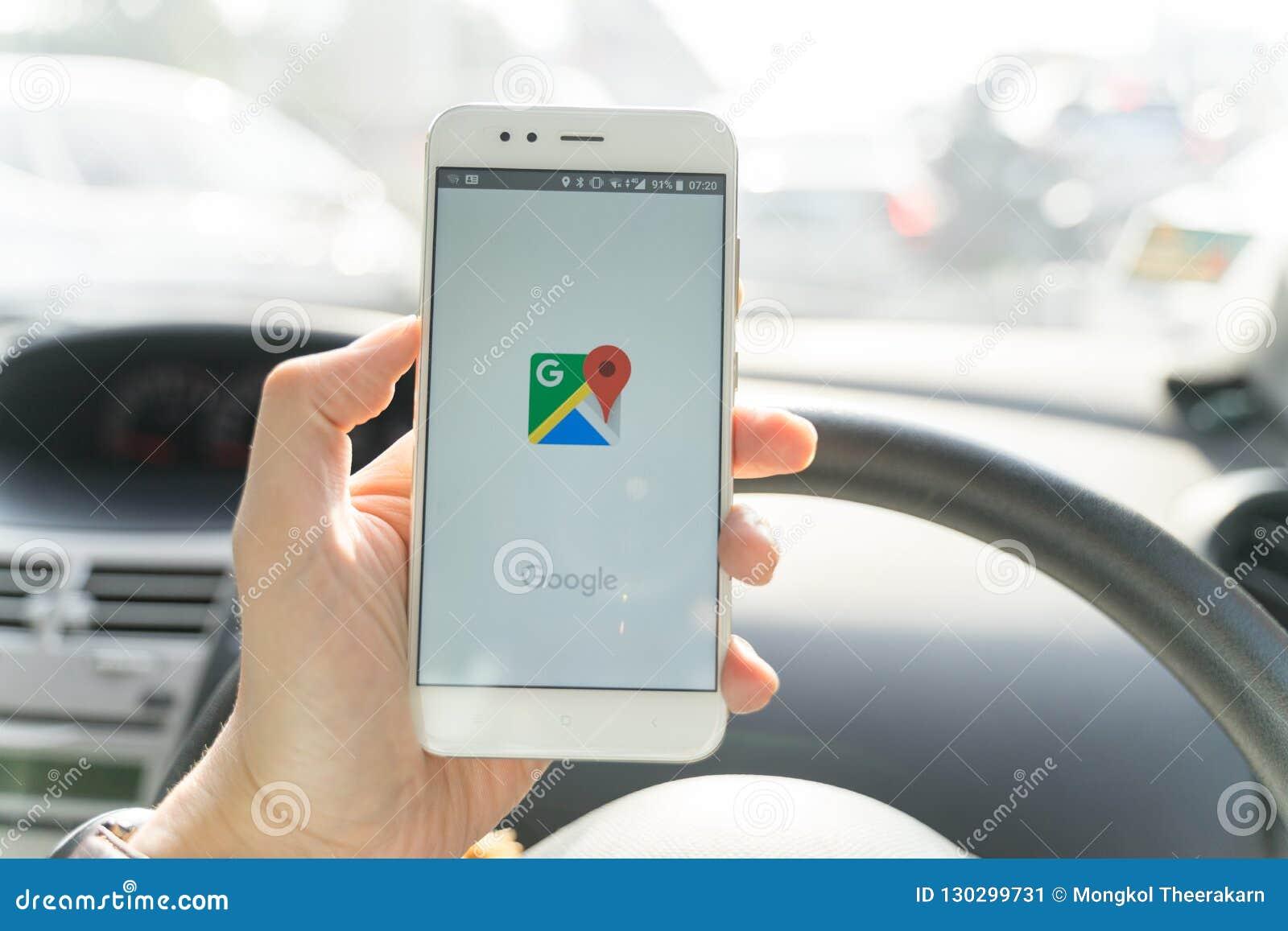 BANGKOK, THAILAND - 08 OKTOBER 2018: Sluit omhoog van mens die nieuwe xiaomismartphone houden en Google Maps toepassing de lancer